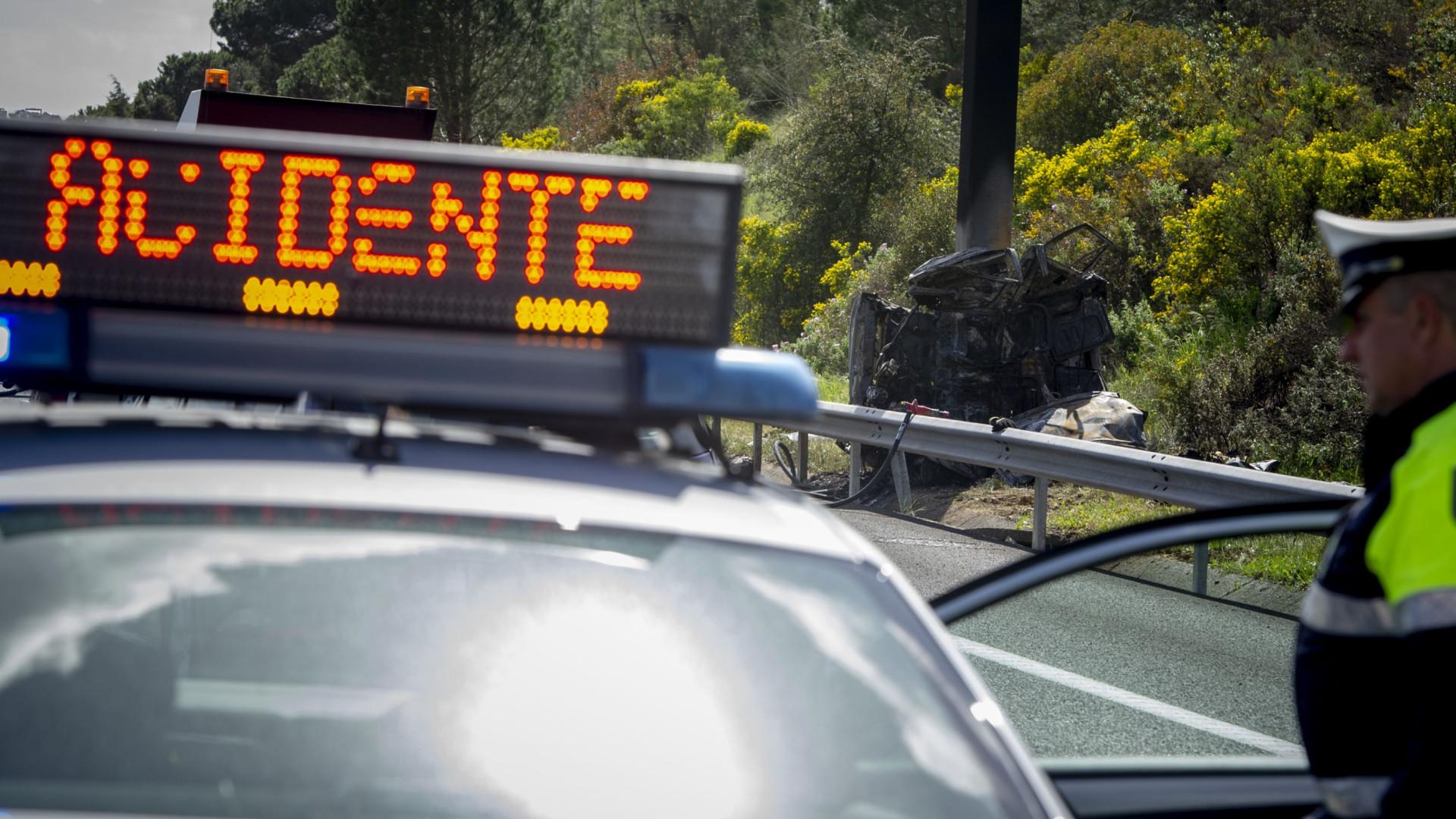 Dois feridos encarcerados em colisão em Coimbra. Estrada da Beira cortada