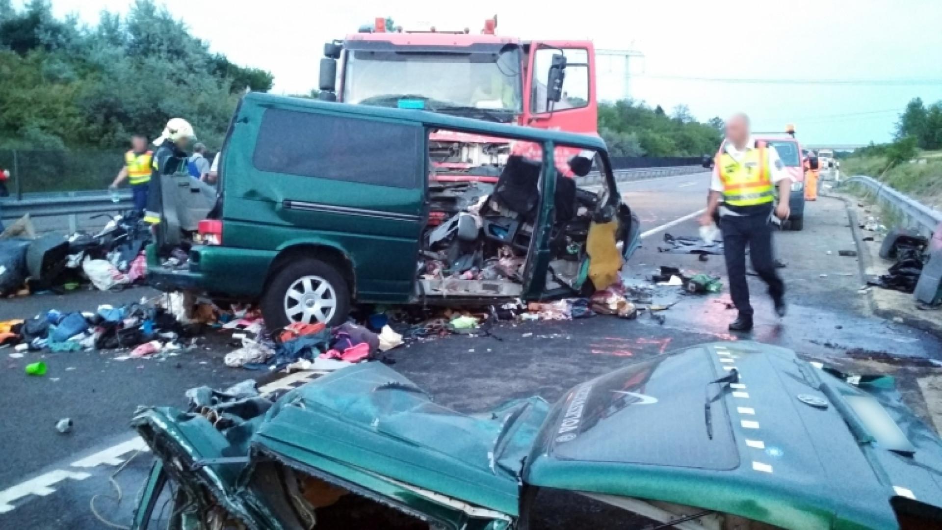 Colisão de minibus mata nove pessoas. Condutor fazia direto no Facebook