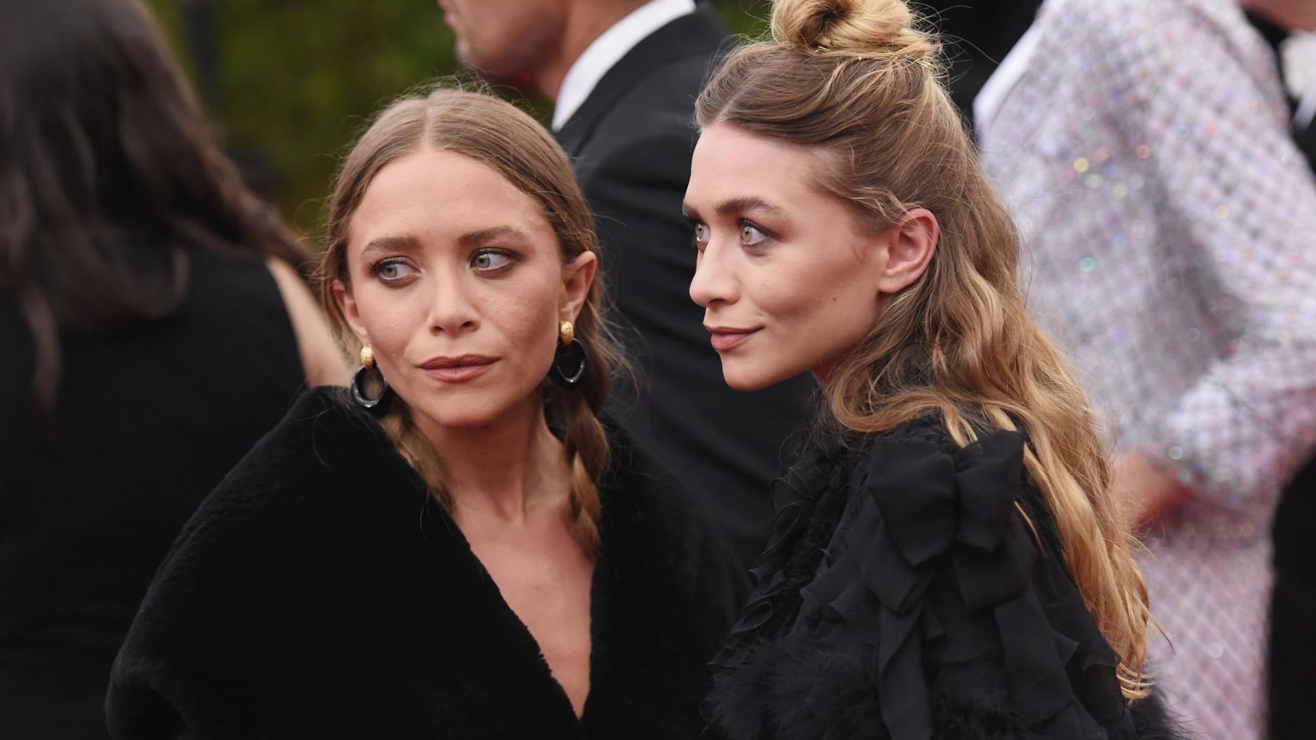 Em look preto total, há um acessório que não pode faltar, dizem as Olsen