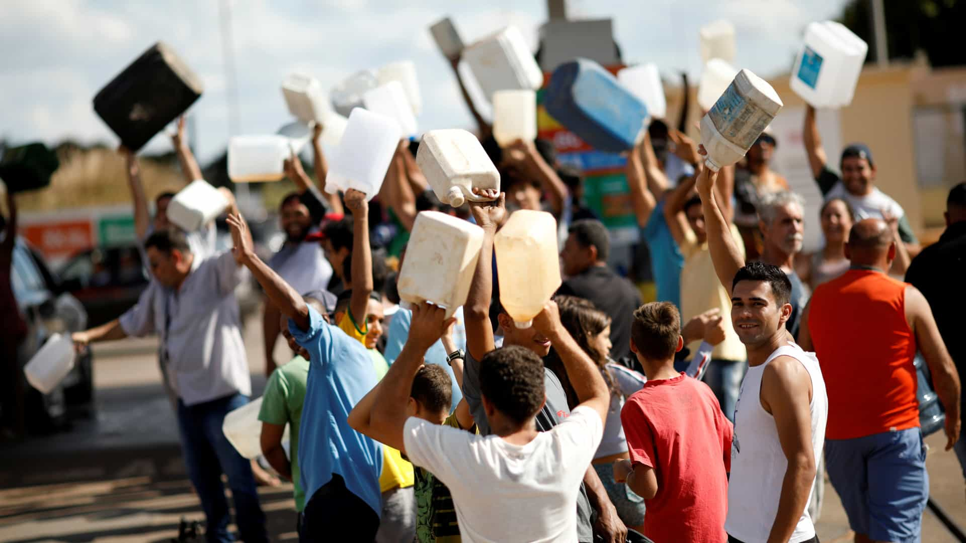 Brasil aciona Exército para desimpedir estradas bloqueadas pela greve