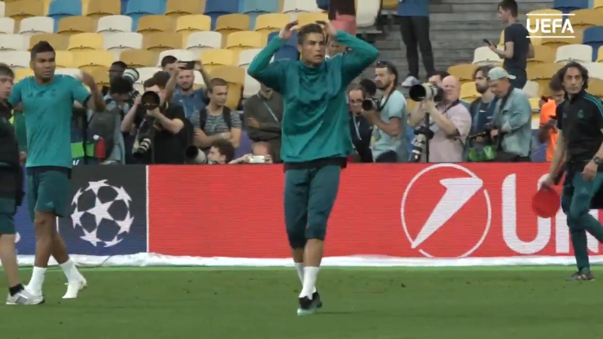 Ronaldo acerta em operador de câmara mas recompensa com camisola