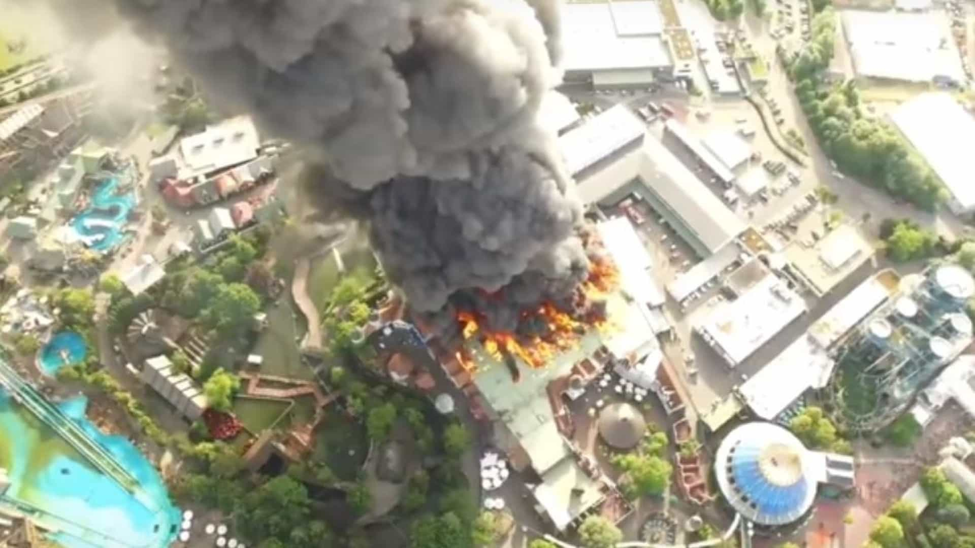 O Europa-Park ardeu. Chamas chegaram a 15 metros de altura