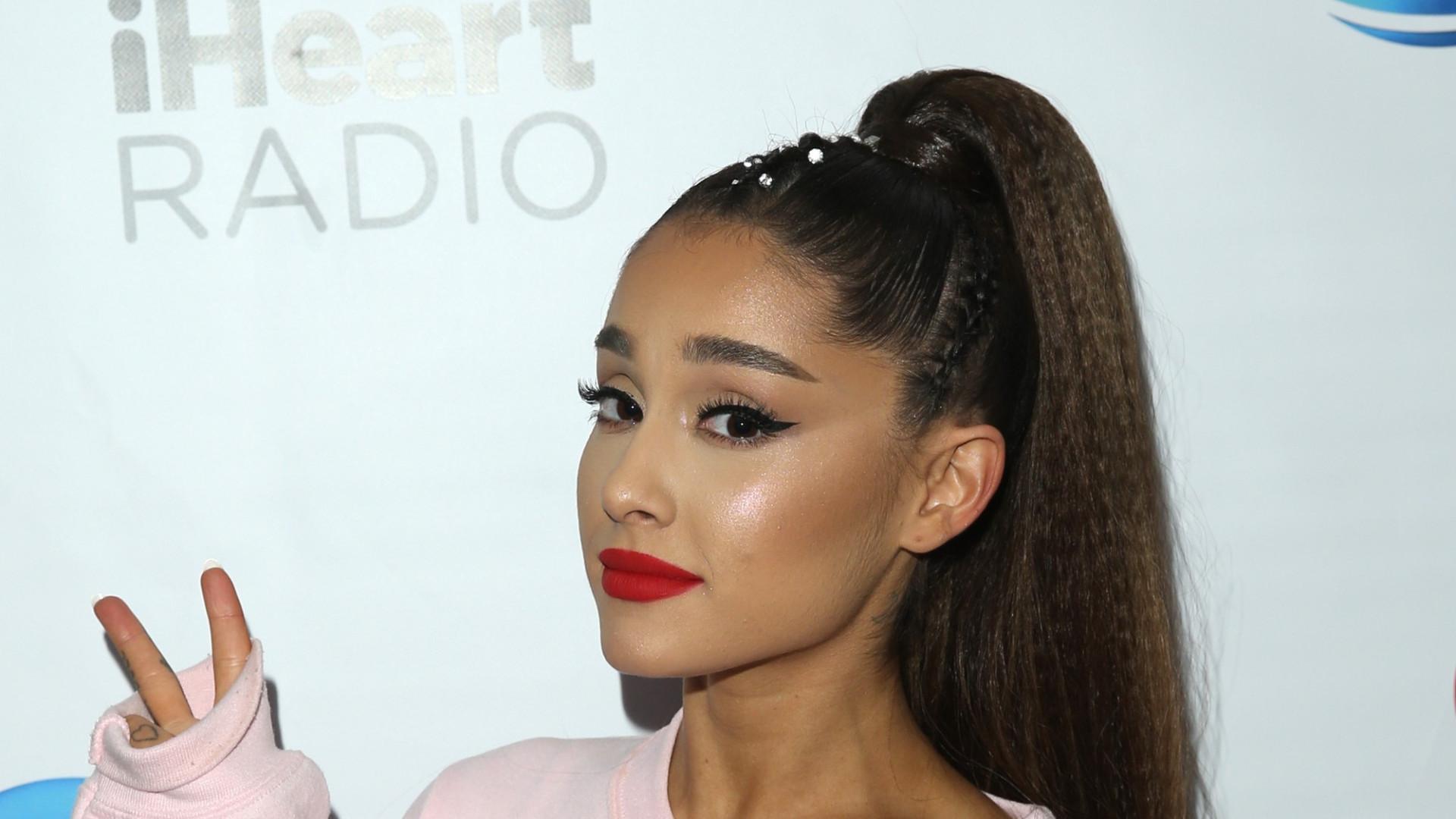 """Ariana Grande mostra anel de noivado? Fonte afirma: """"É grande"""""""