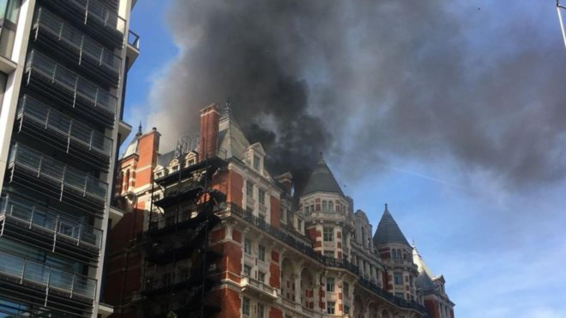Hotel de luxo no centro de Londres consumido pelas chamas