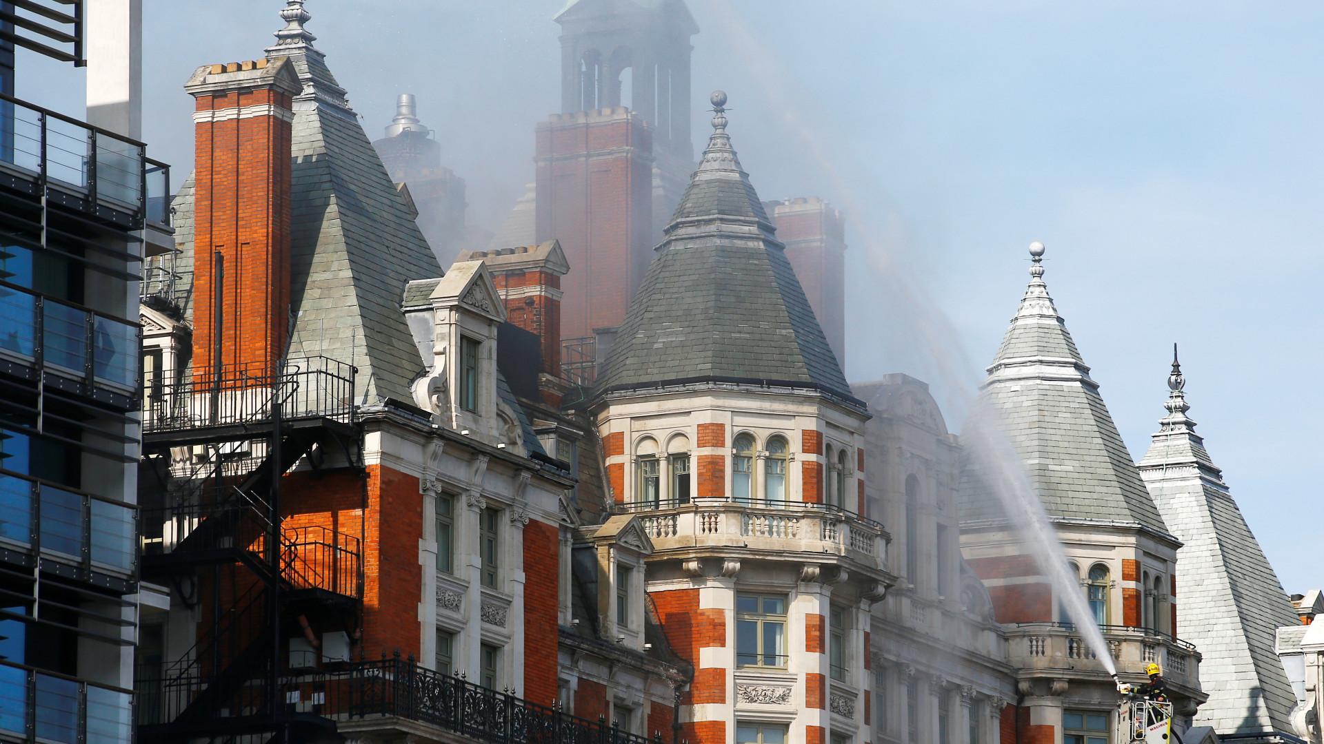 Londres: Bombeiros sem indicação de feridos no incêndio em hotel de luxo
