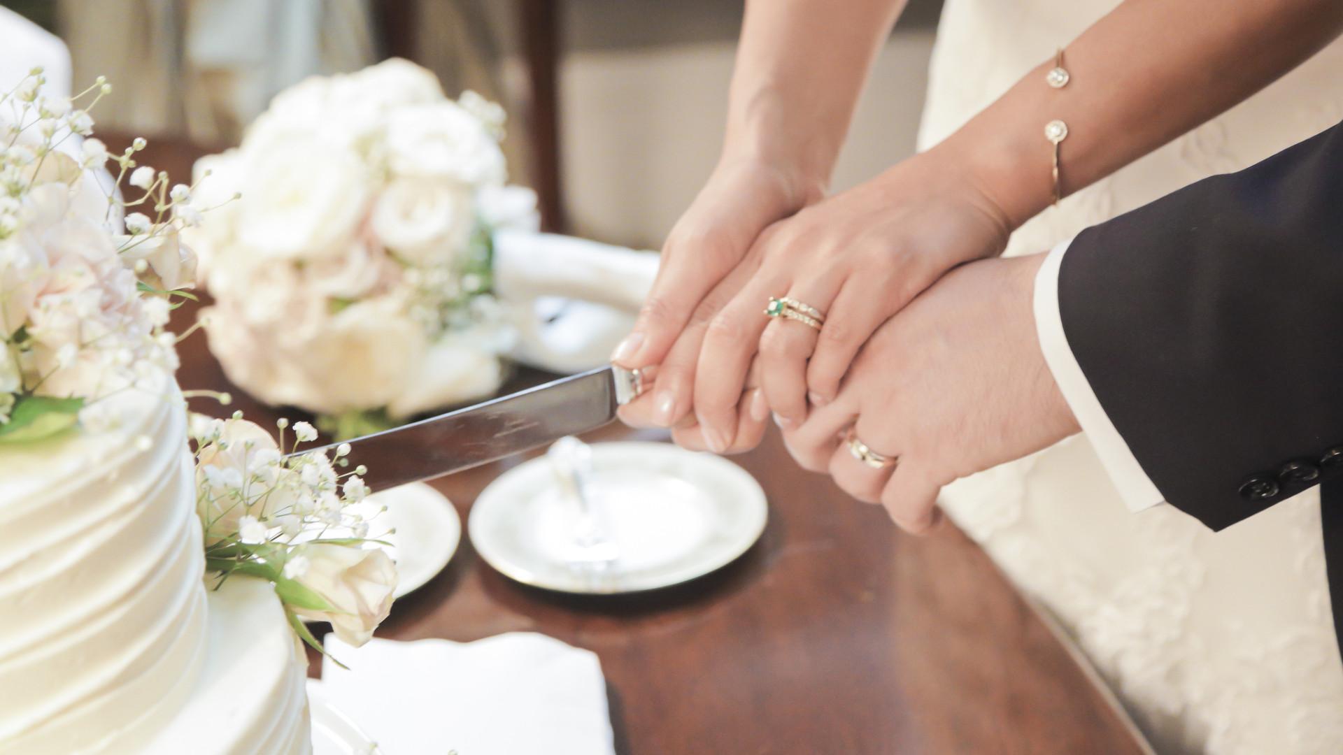 O corte do bolo no casamento é uma tradição antiga. Sabe o que significa?