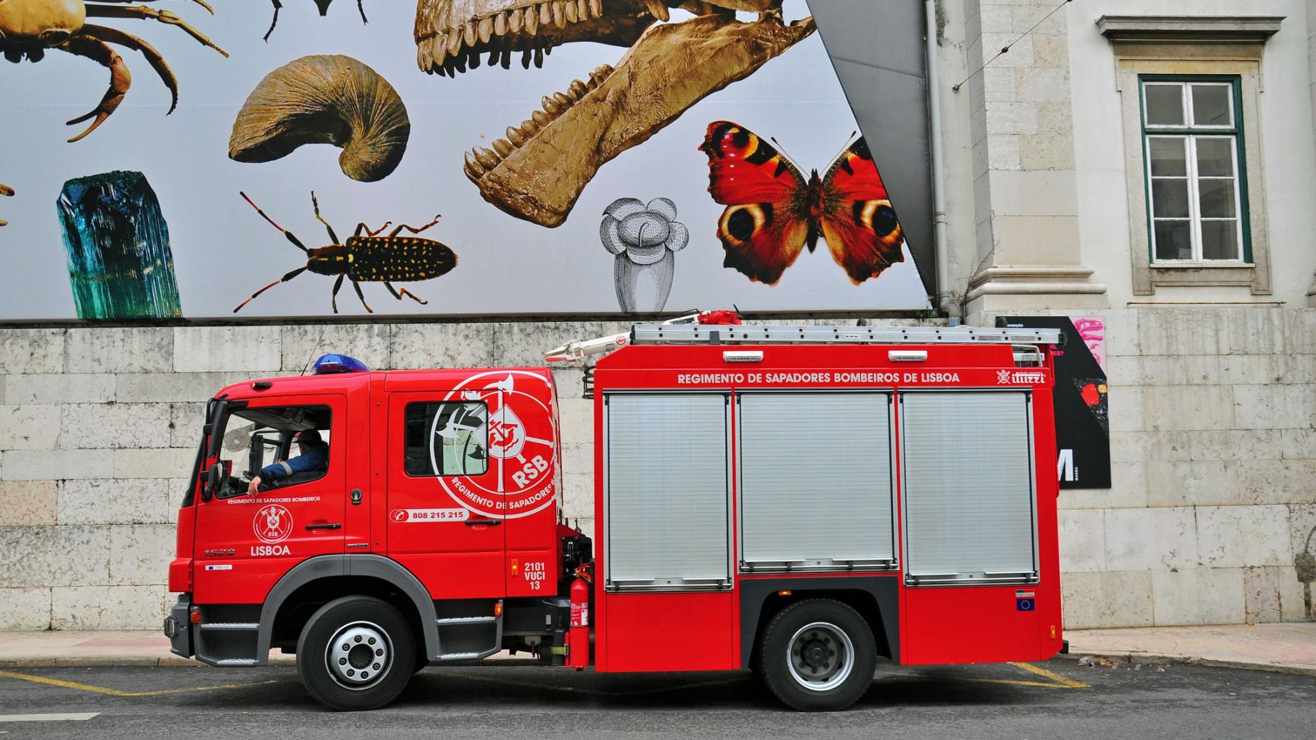 Incêndio deflagra em prédio em Lisboa. Há feridos e carros danificados