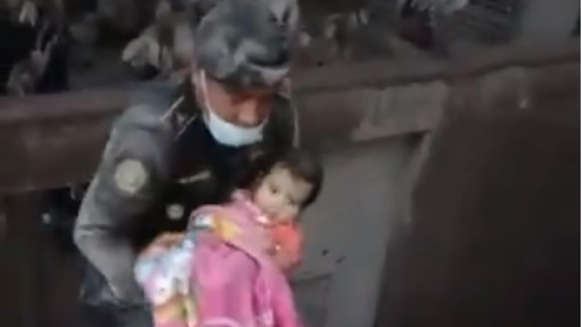 Bebé é salva de cenário de destruição causado por erupção de vulcão