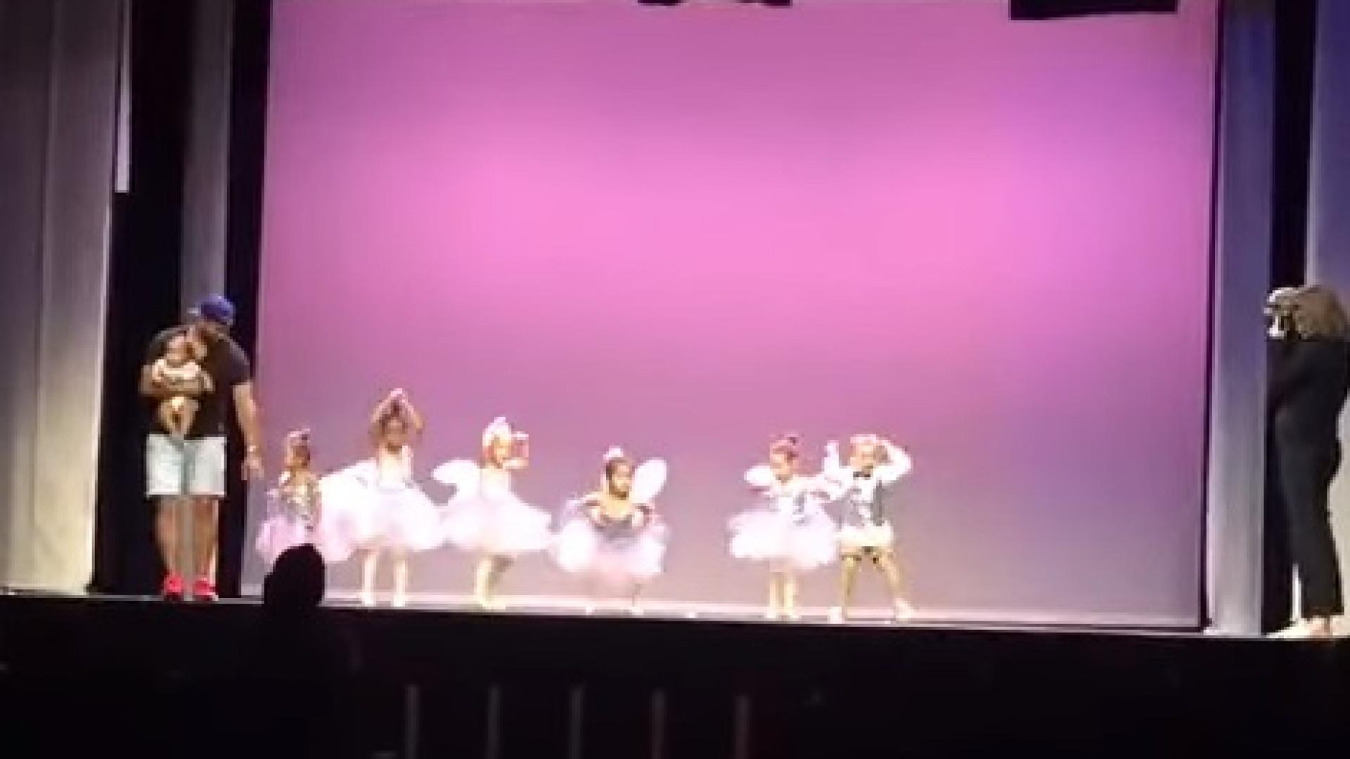 Pai sobe ao palco para 'salvar' atuação da filha em espetáculo de ballet