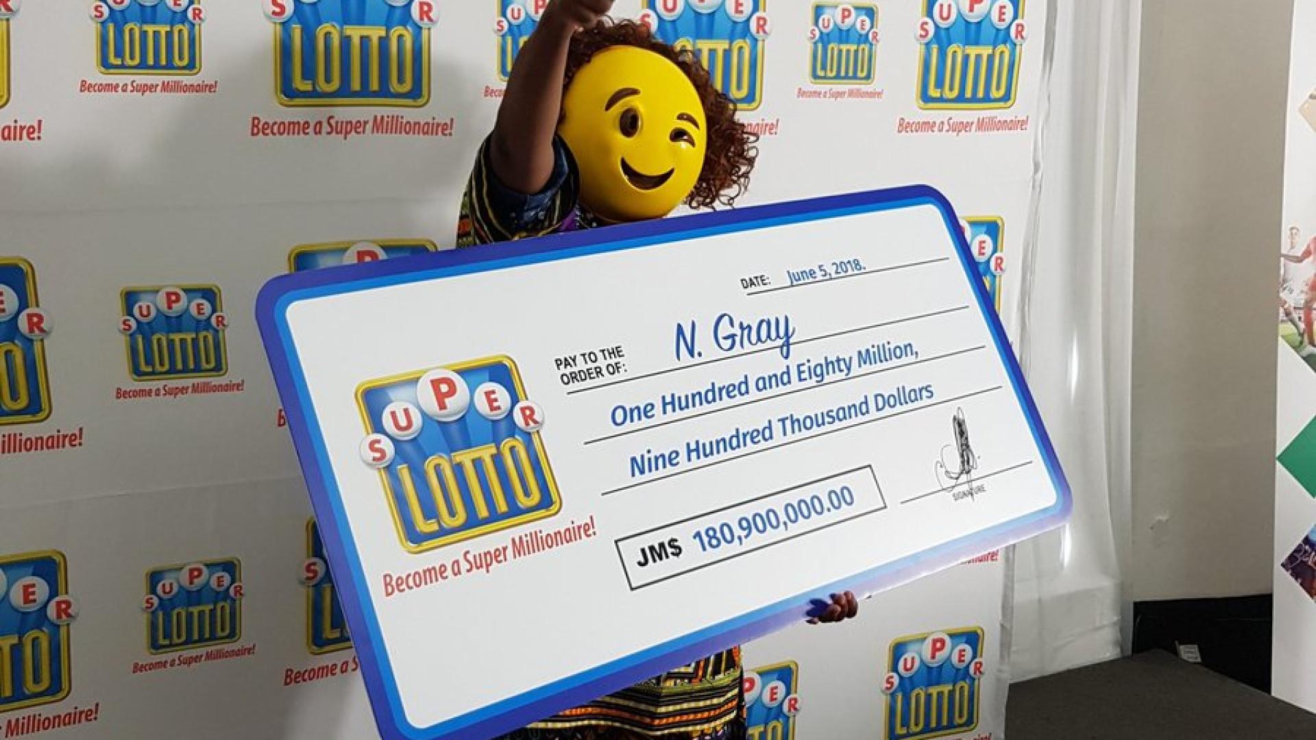 Vencedora de lotaria usa máscara de emoji para esconder identidade