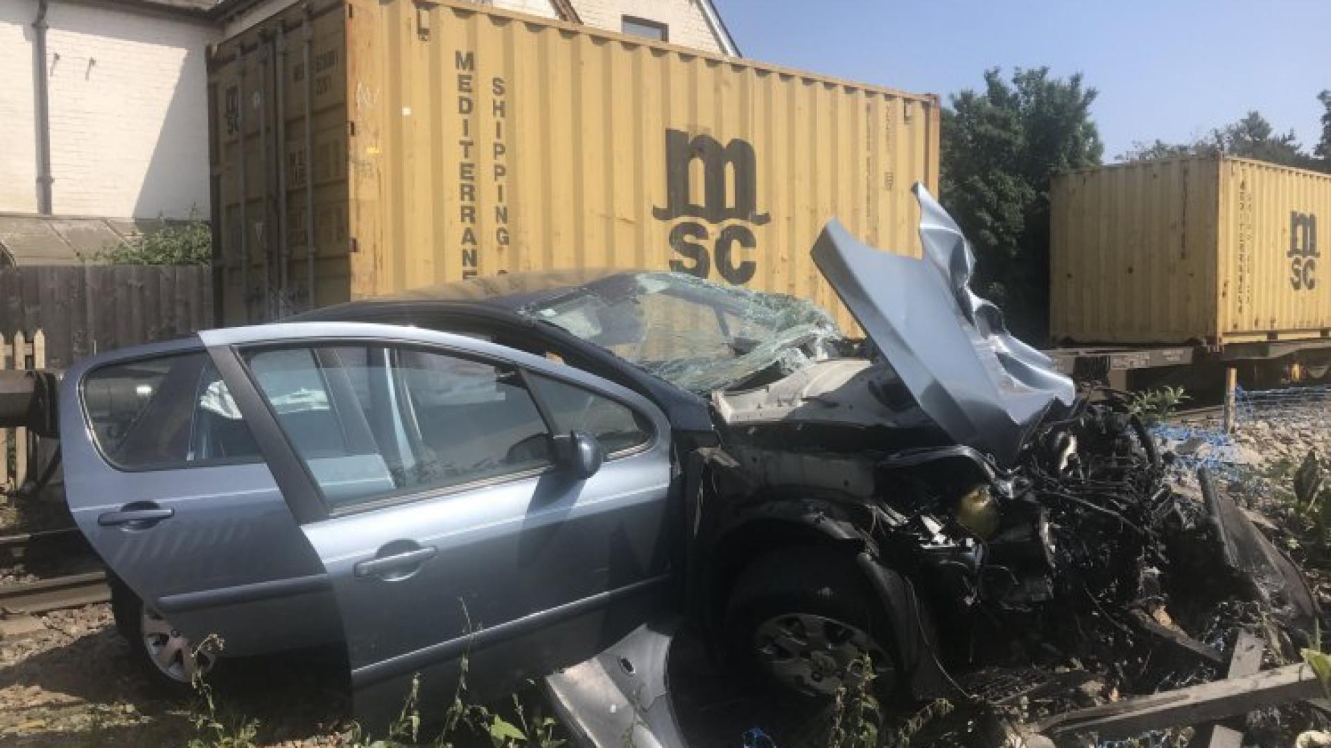 Condutor detido após carro colidir contra comboio com bebé no interior