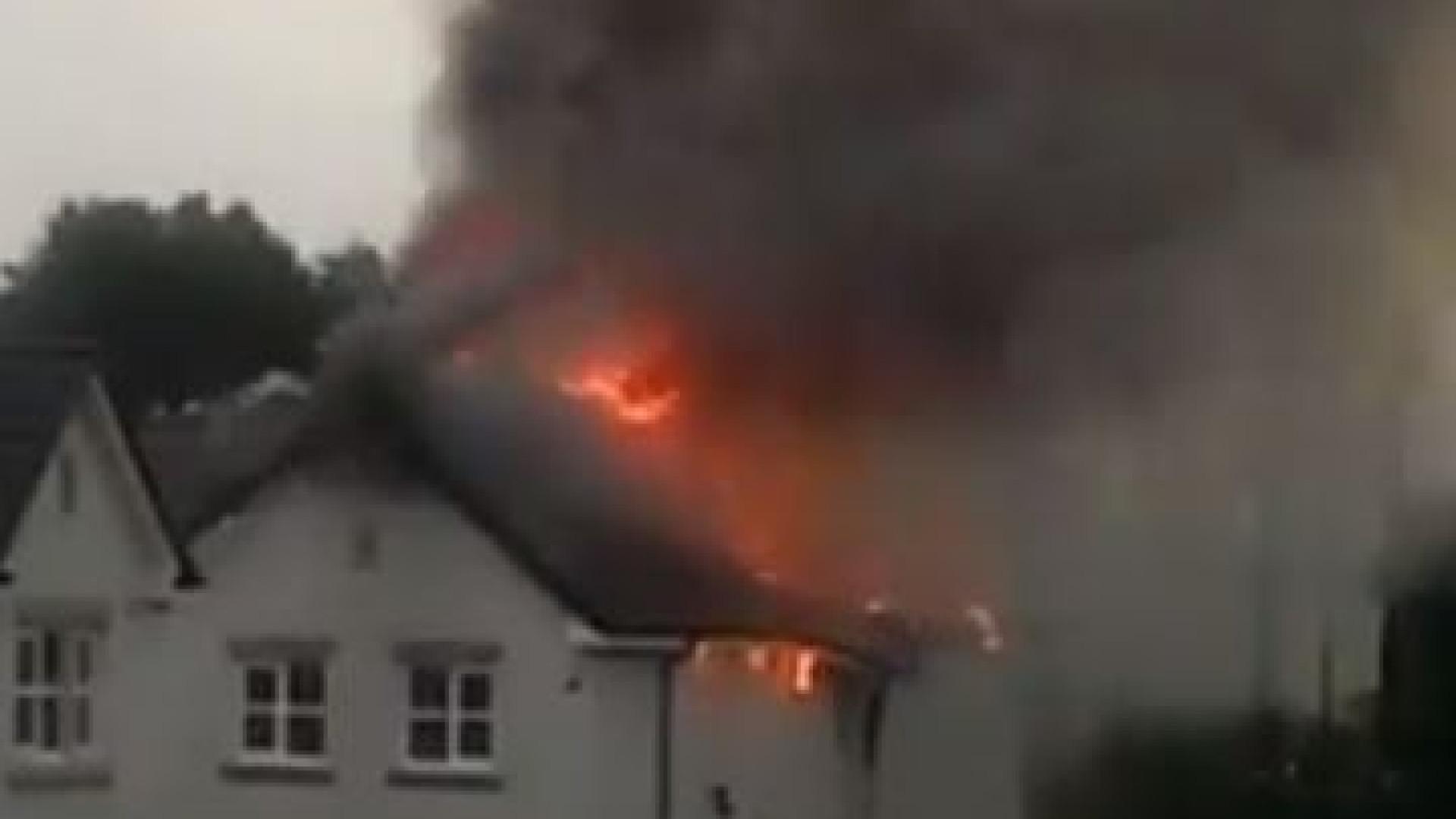 Casa destruída pelas chamas após ser atingida por raio