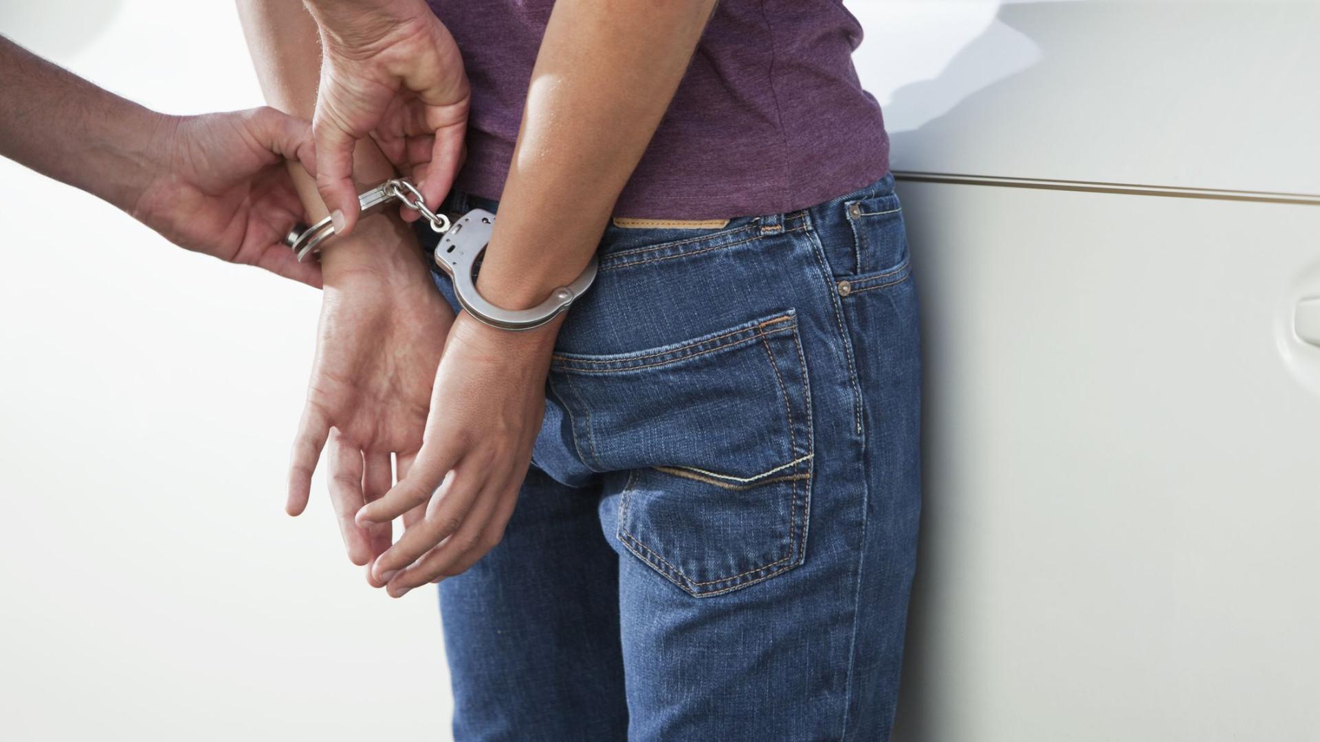 Detido e apanhado com droga devido a comportamento estranho