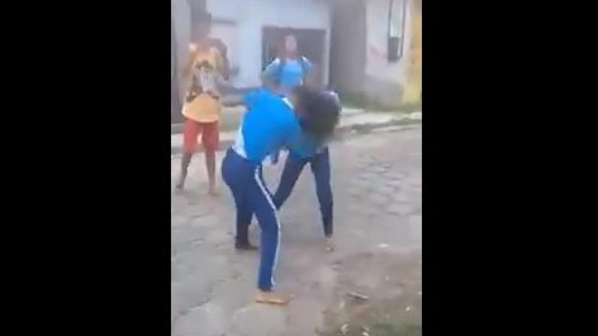 Mãe incentiva filha a usar faca durante desacato à saída da escola