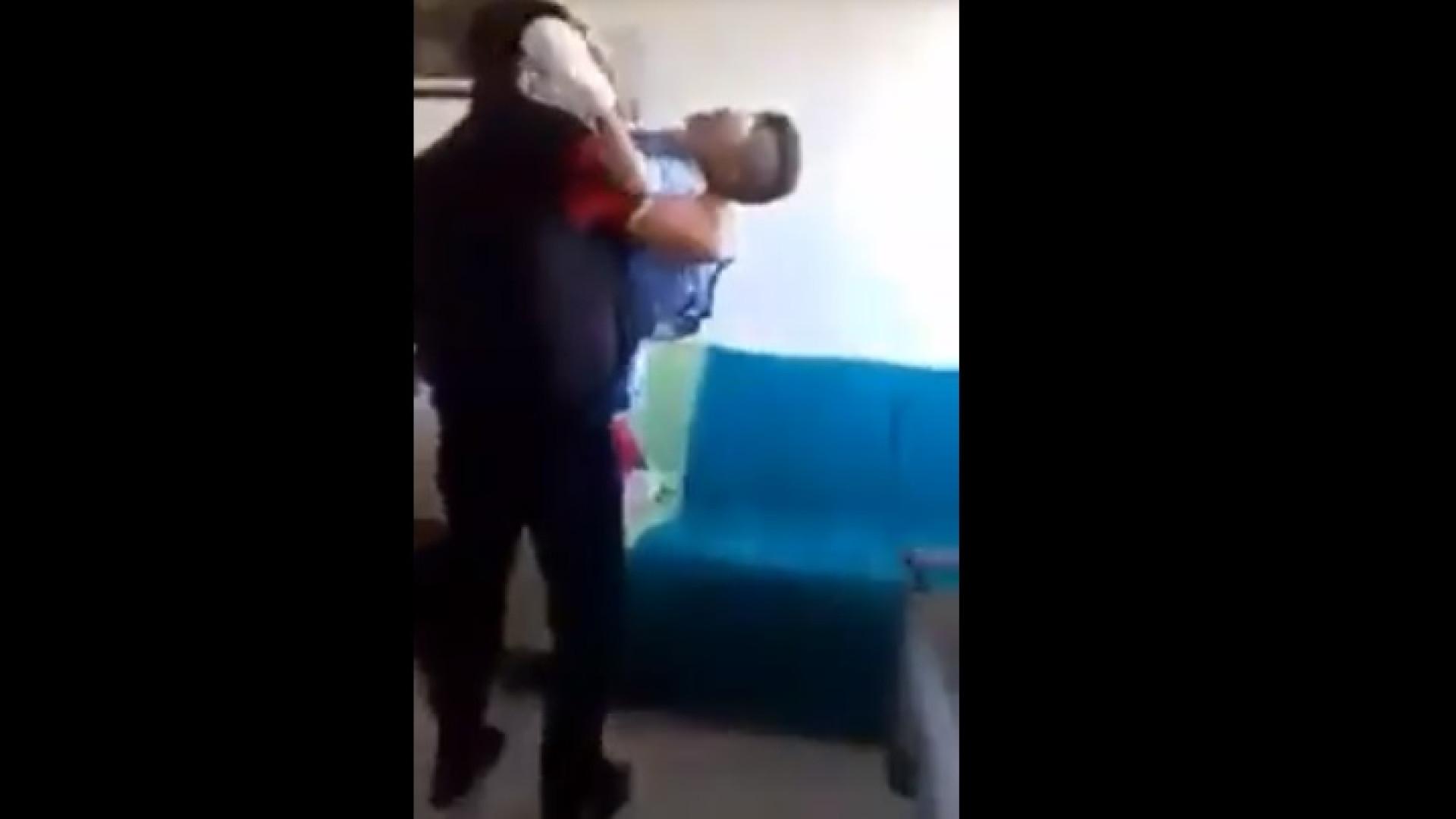 Sírio tenta consolar filho que descobre que ficou cego após ataque