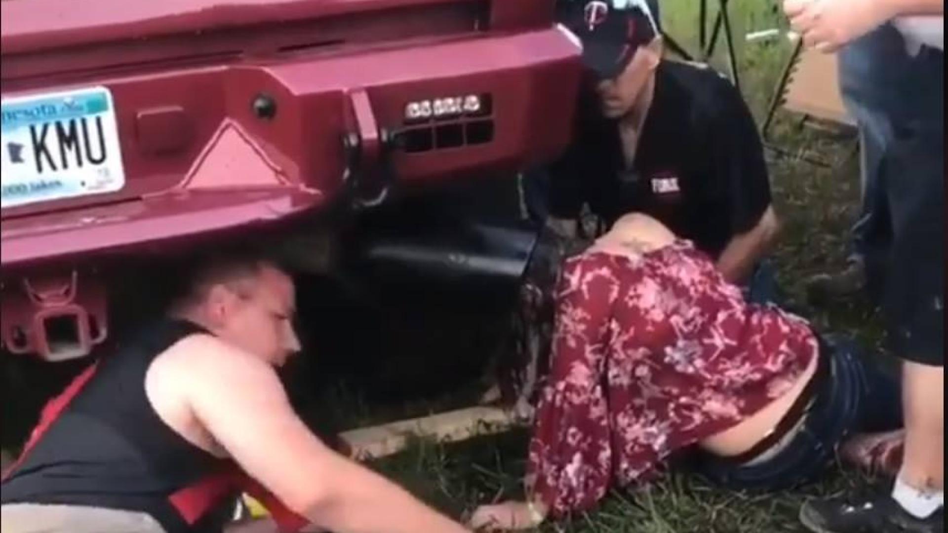 Jovem festivaleira fica com cabeça presa em tubo de escape de camião