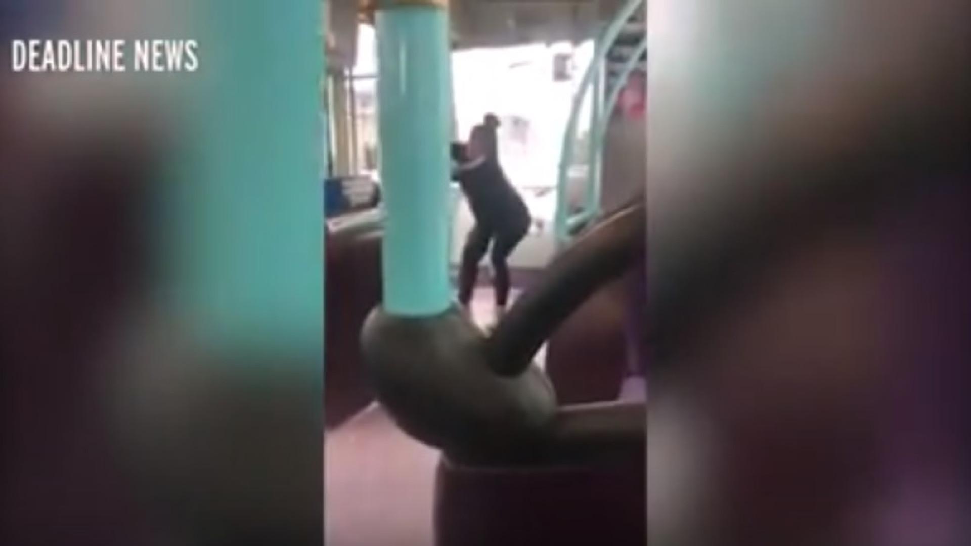 Mulher tenta abrir portas de autocarro para perseguir namorado