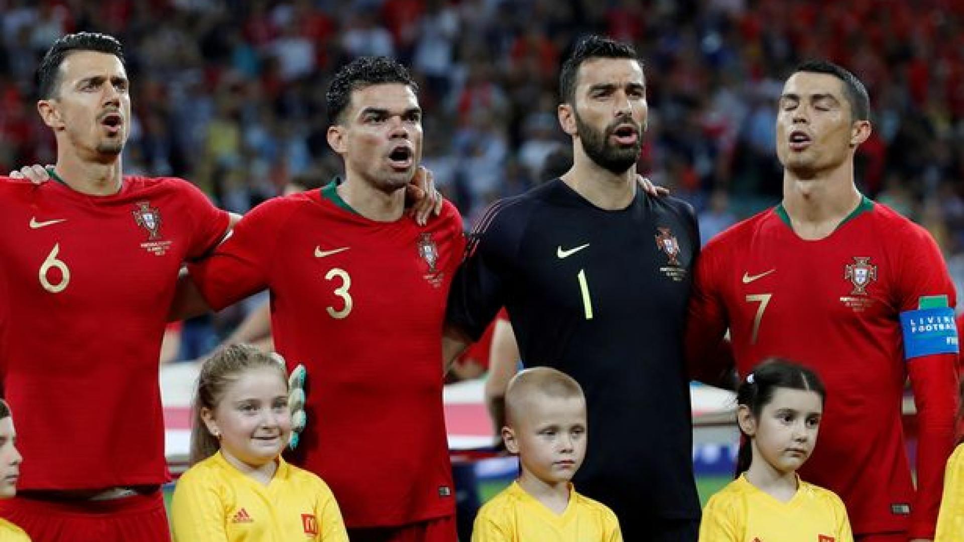 Cristiano Ronaldo a olhar para o lado no hino? Ingleses explicam