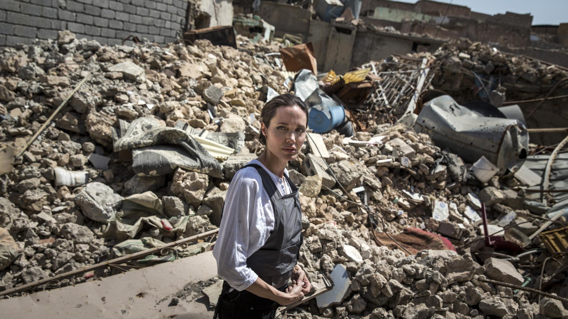 Jolie visita Mossul: Cenário de destruição e carência de afetos