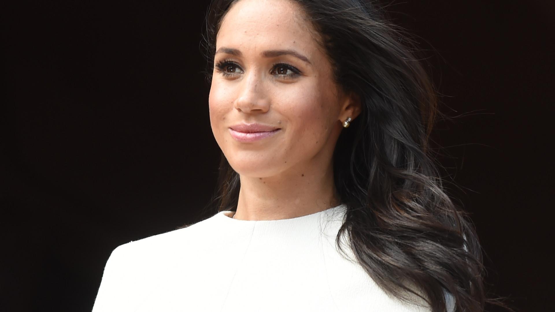 Meghan Markle quase que cai no casamento da sobrinha da princesa Diana