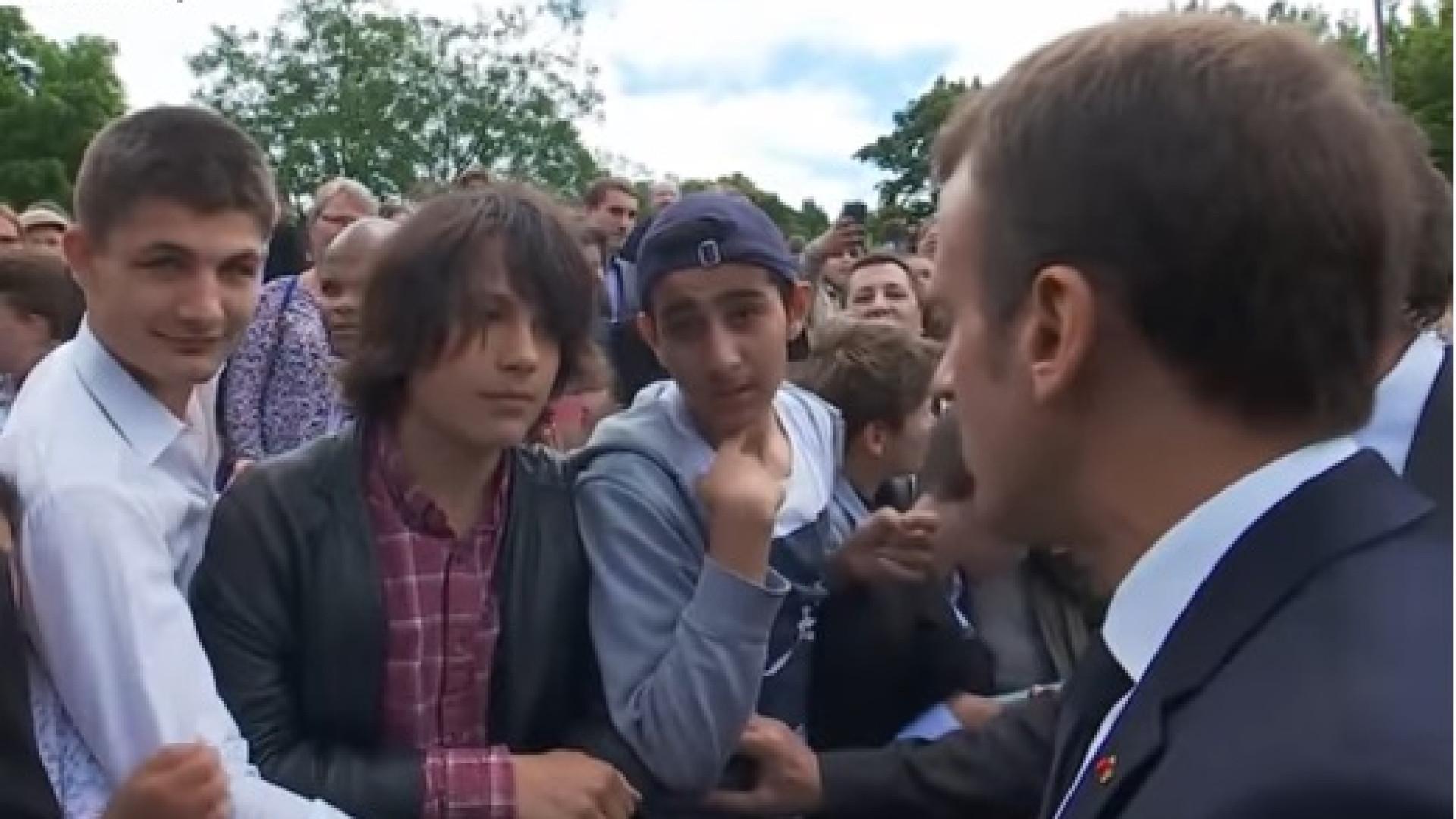 """""""Trata-me por Senhor Presidente"""". Macron coloca jovem no seu lugar"""