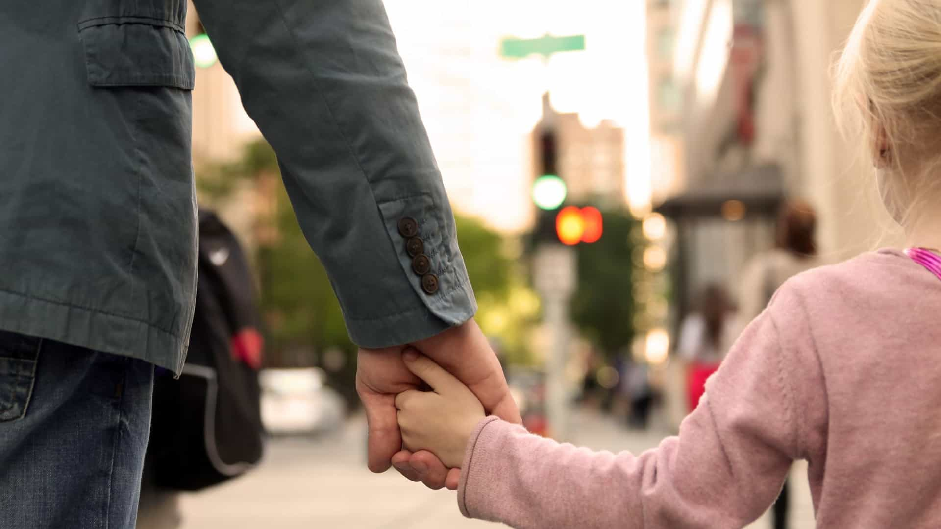 Proteger em demasia os seus filhos faz-lhes mal. Ciência explica porquê