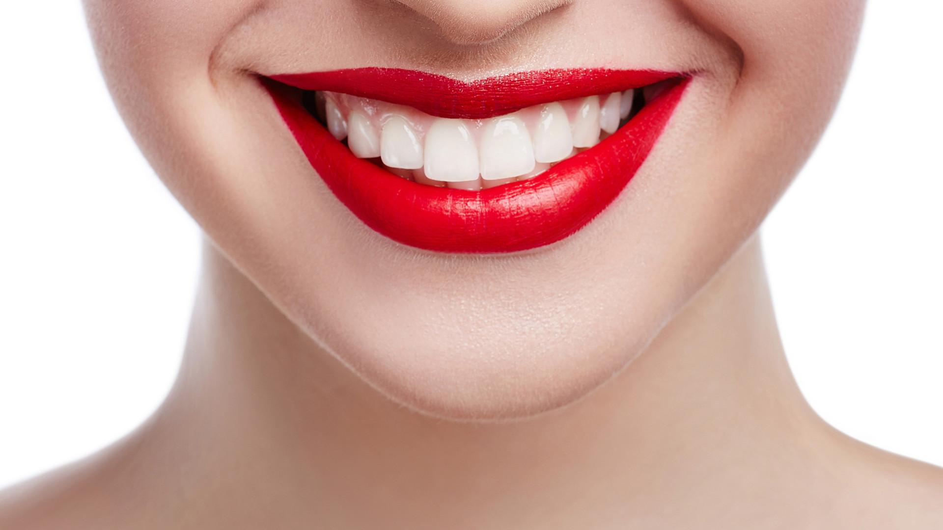 Quatro dicas para ter dentes mais brancos (do tradicional ao bizarro)