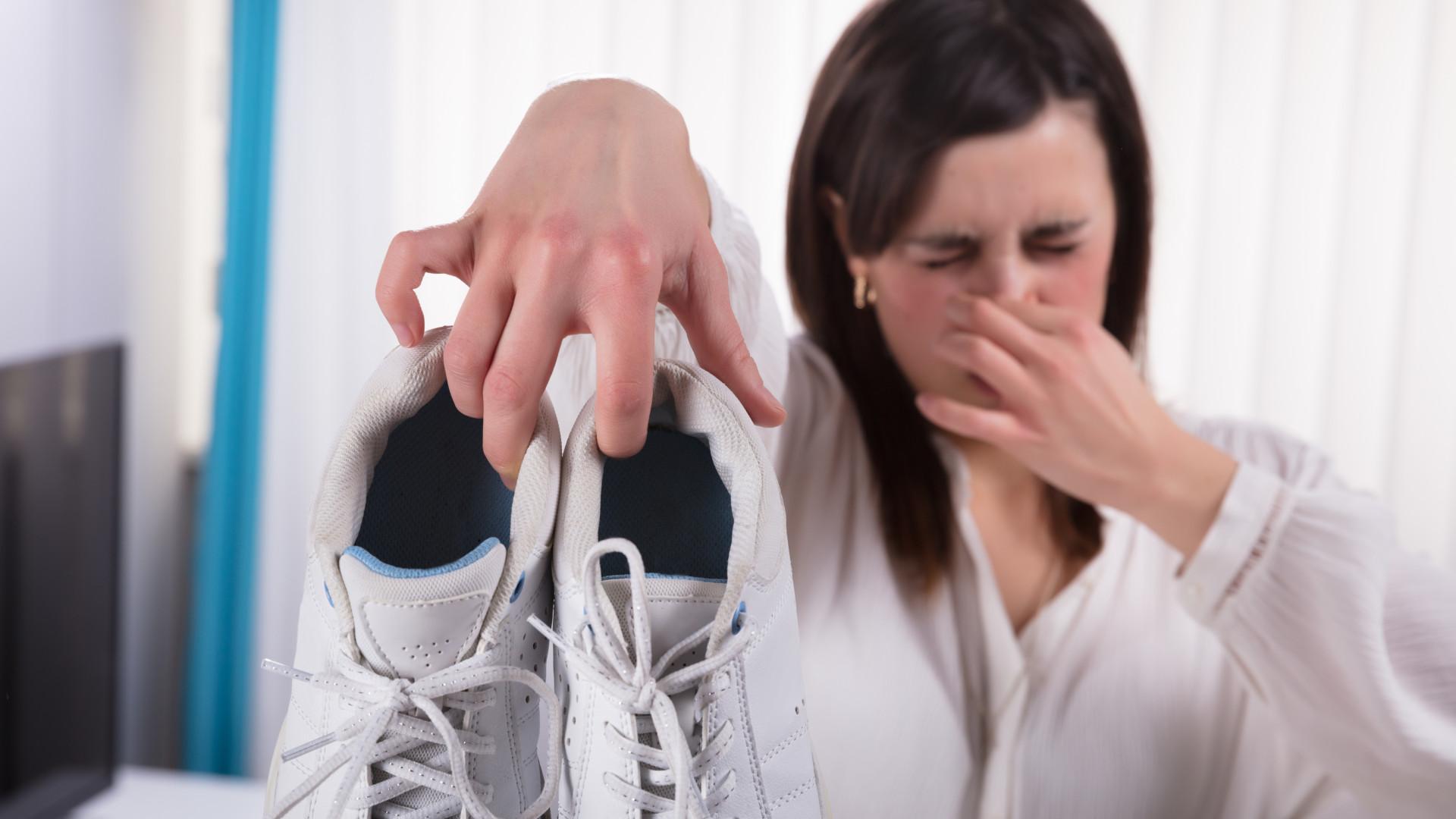 Livre-se do mau cheiro dos pés sem pôr de lado os sapatos favoritos