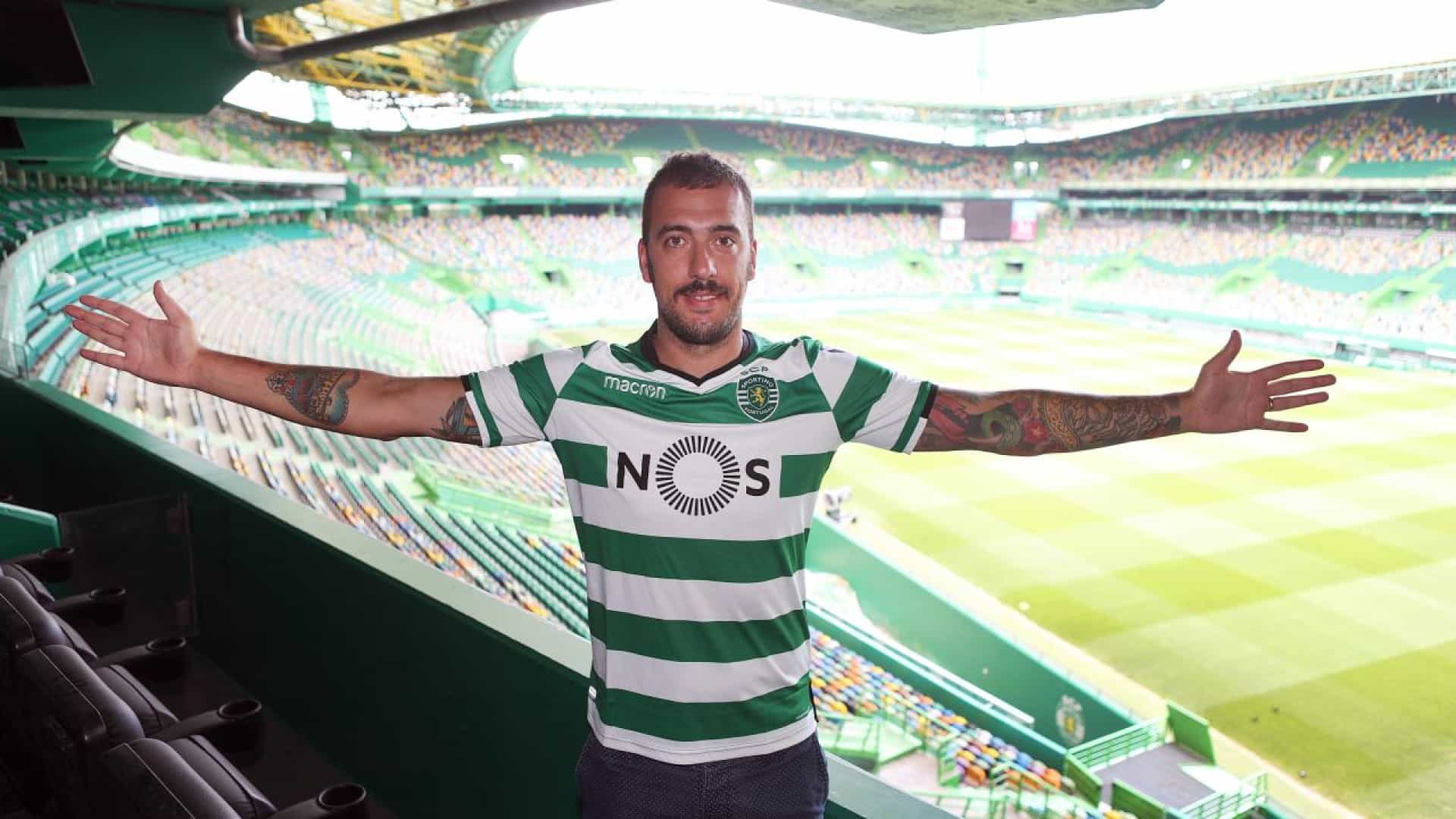 Guarda-redes do Sporting mostra veia 'artística' e canta no carro