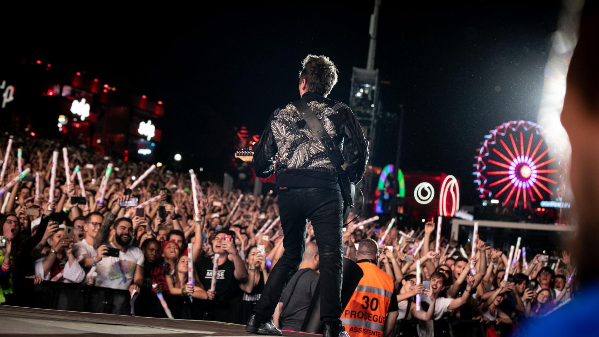 Entre balões e confettis, 71 mil pessoas aplaudiram Muse