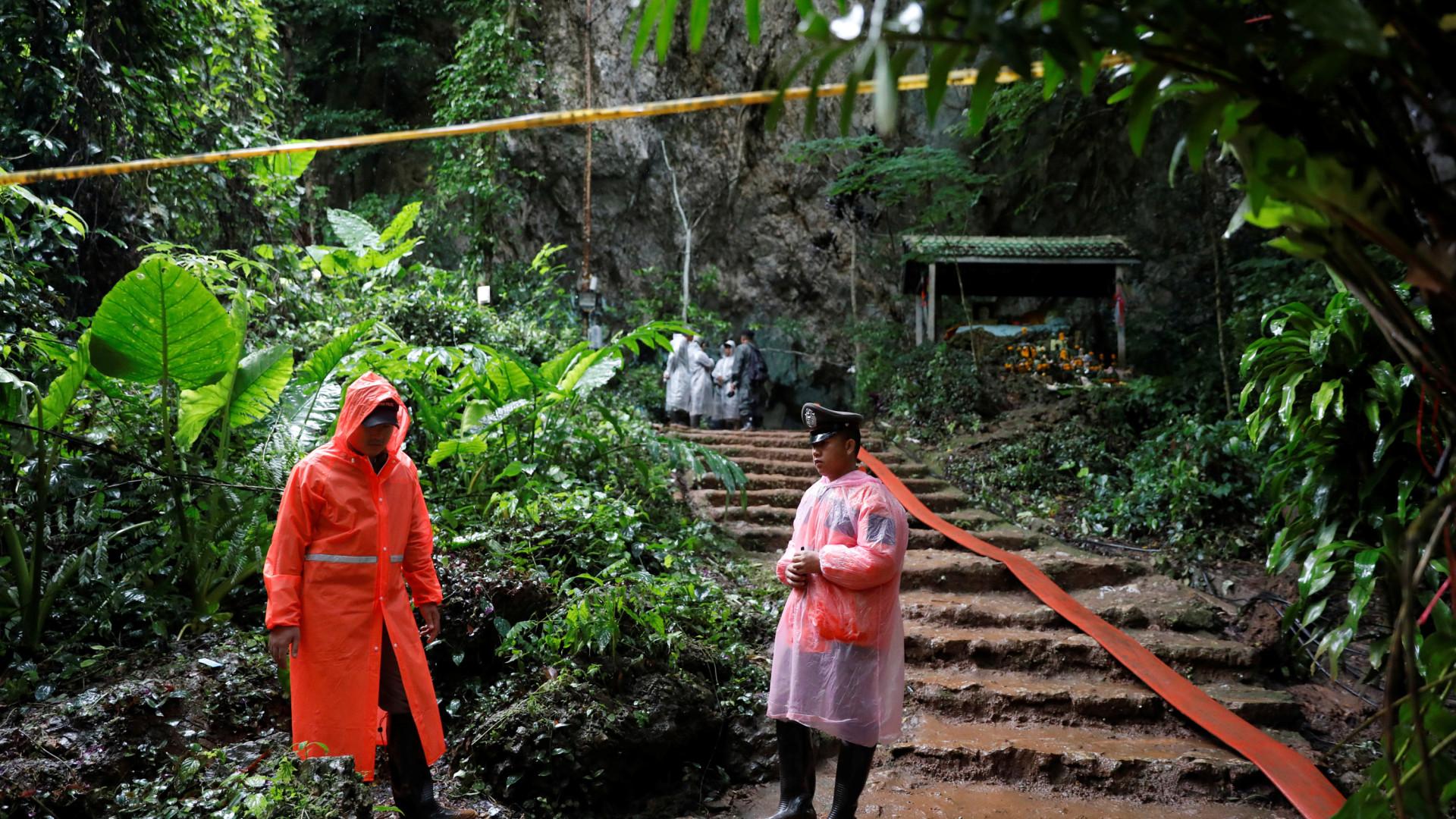 Horas após resgate, começa trovoada e chuva torrencial na Tailândia