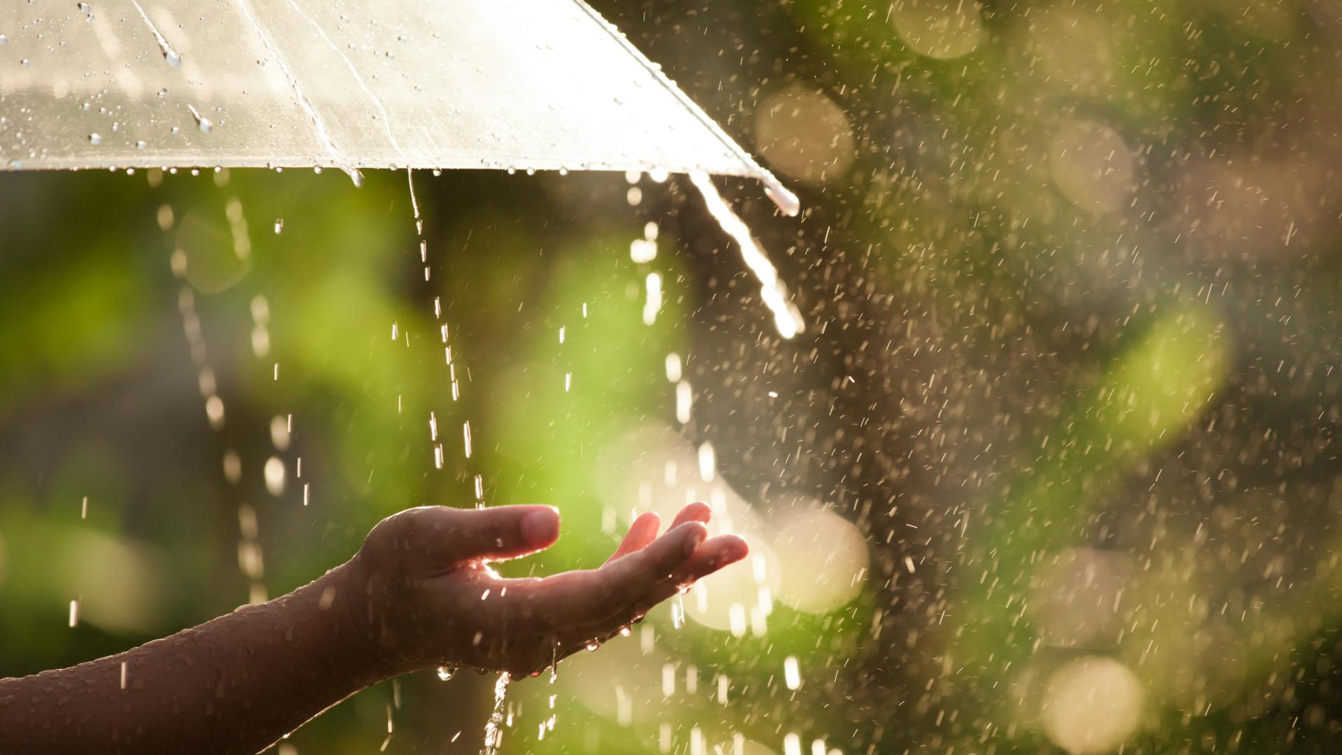 A chuva vai continuar. No domingo, o estado do tempo agravar-se-á