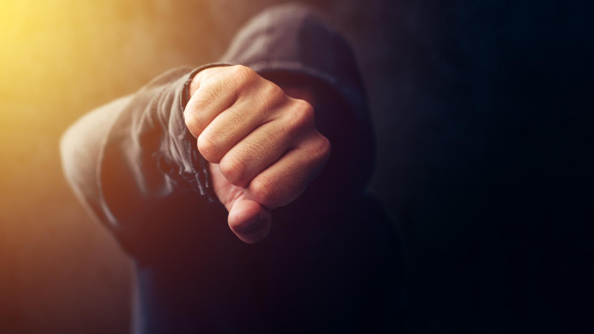 Exigia dinheiro e agredia idoso que foi encontrado com hematomas