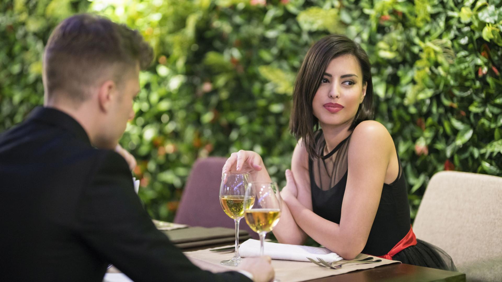 Mais de 60% das mulheres optam por pagar a conta no primeiro encontro