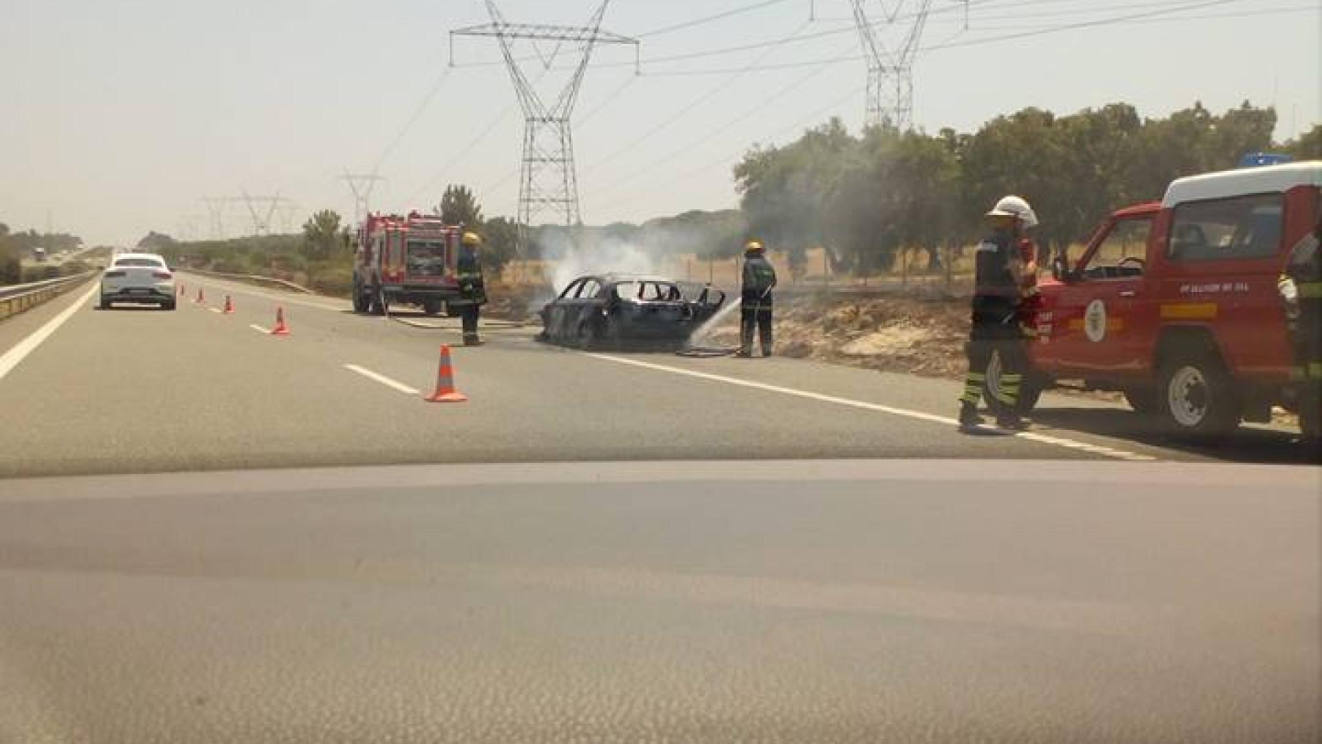 Carro incendeia-se na A2. Trânsito (completamente) parado