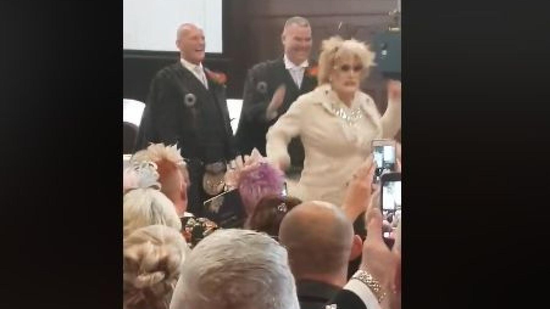 Drag queen invade casamento a cantar 'Deveria ser eu'