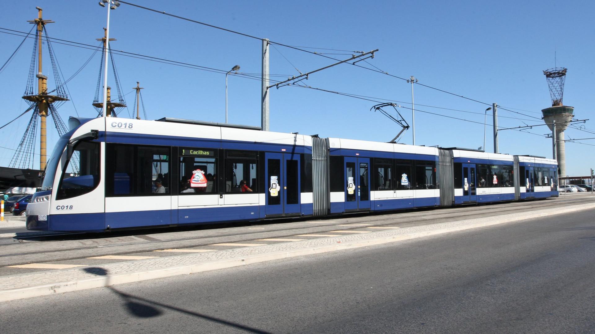 Metro de superfície abalroa autocarro da TST na Caparica. Há feridos