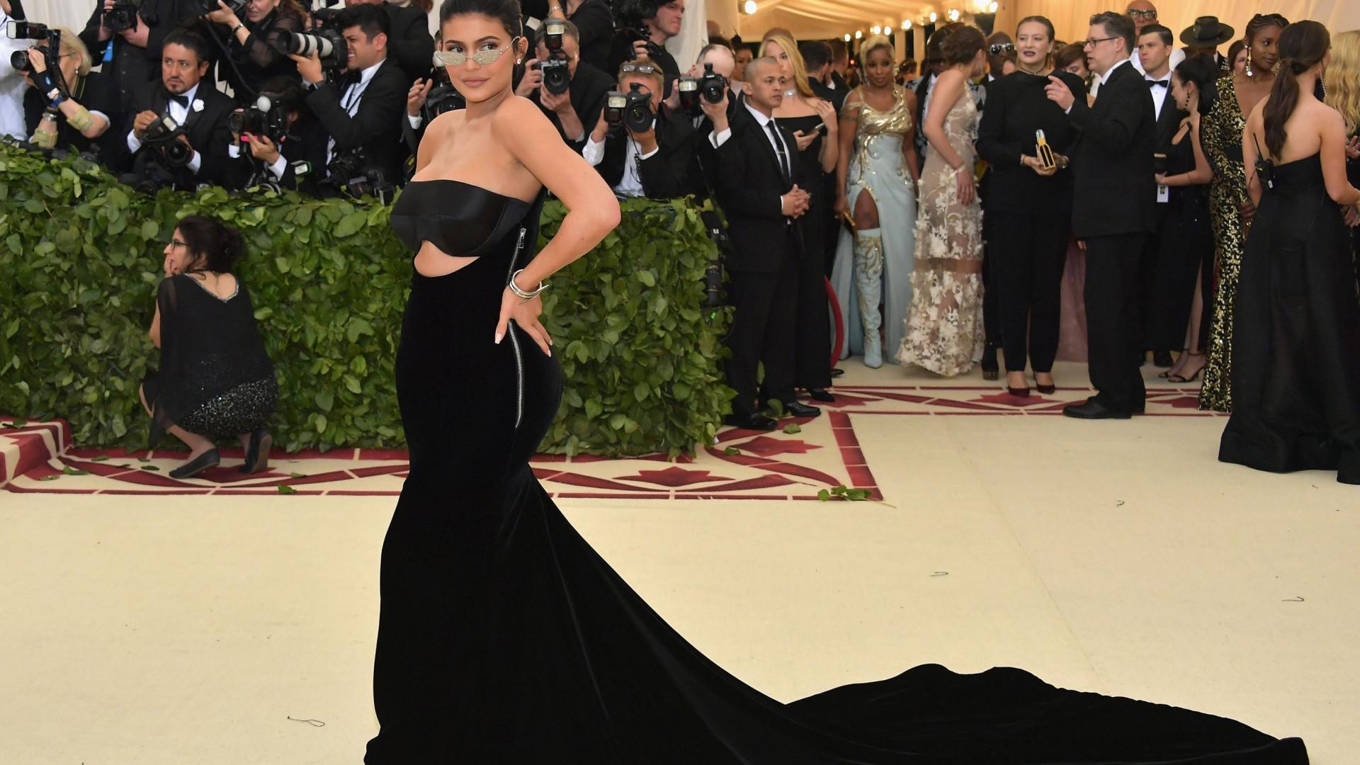 Kylie Jenner posa ao lado da filha e antecipa celebração do aniversário