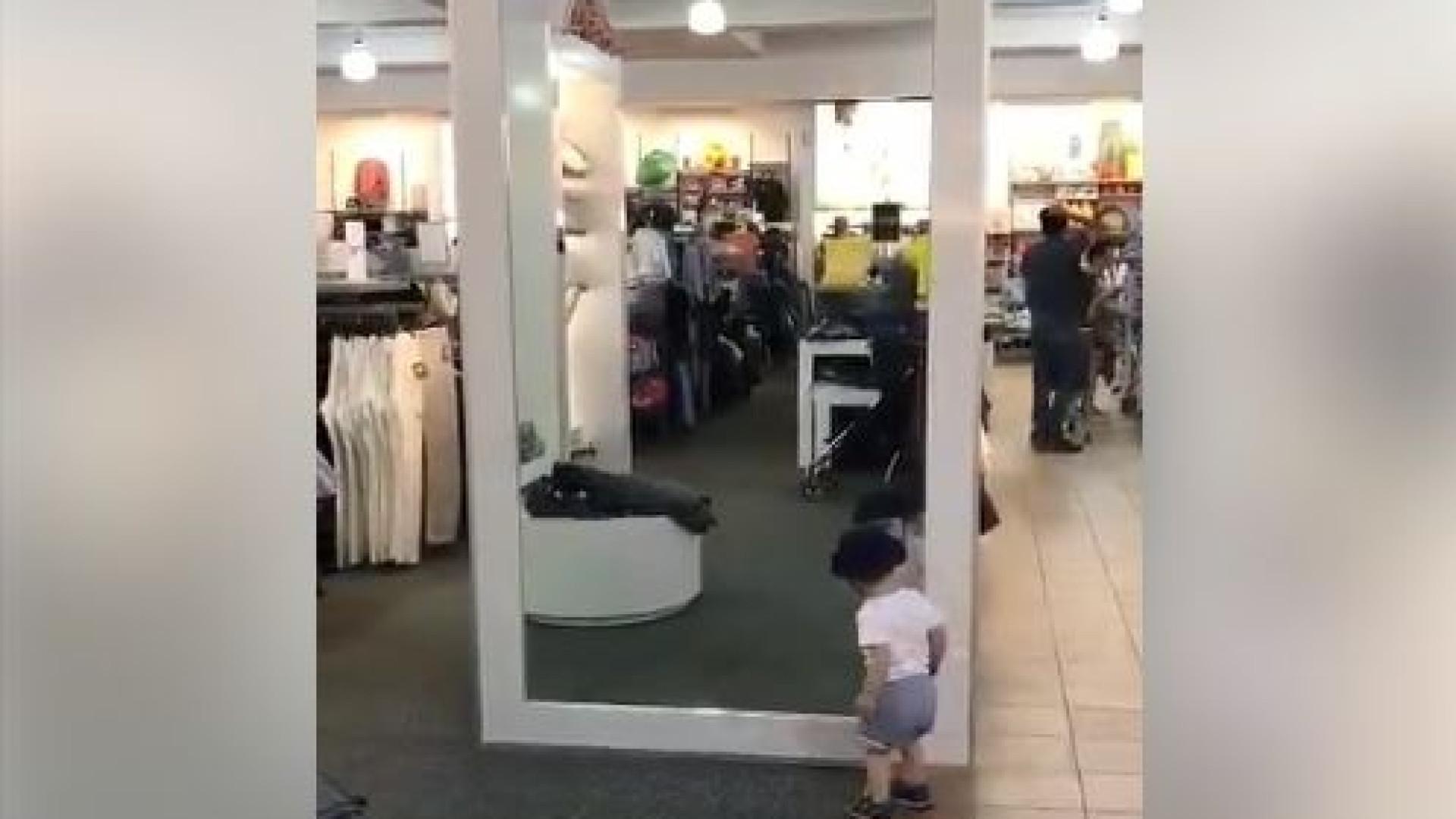 Um bebé e um espelho. A reação mais caricata que já viu