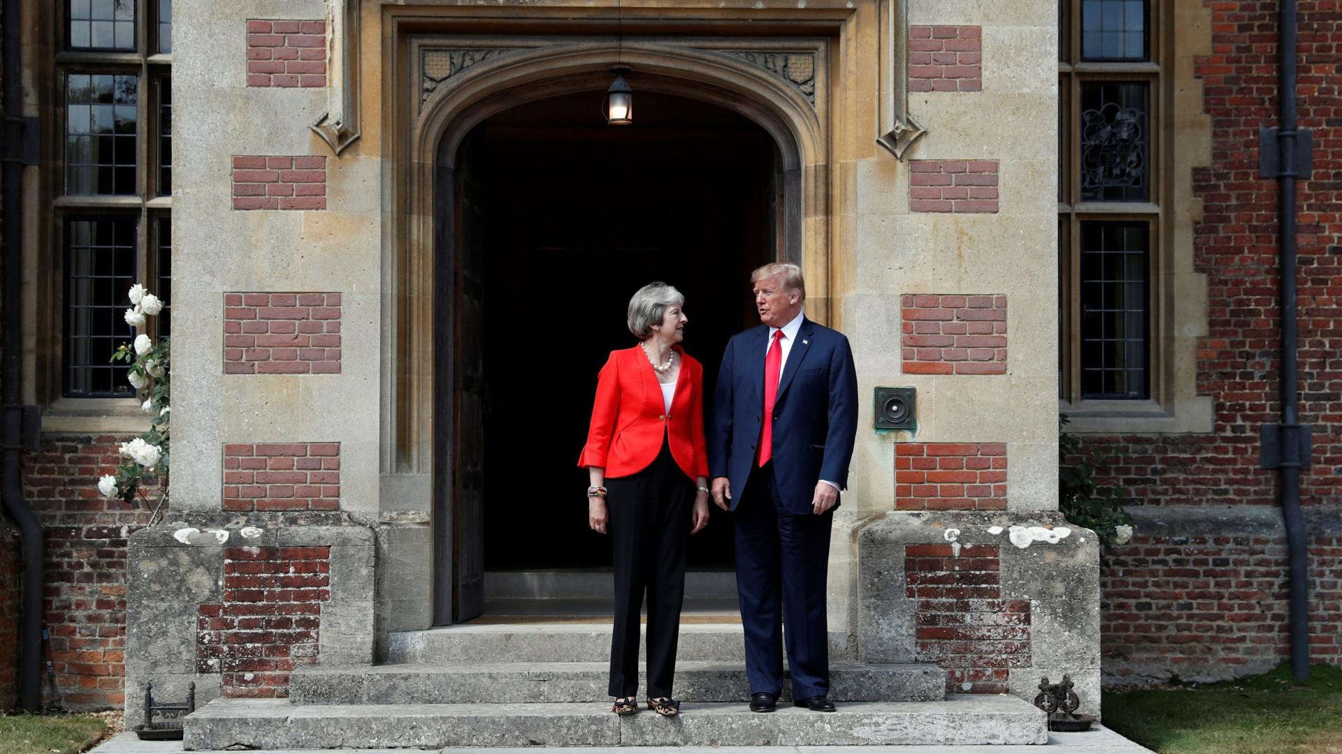 """Trump garante que tem uma """"relação muito sólida"""" com May"""