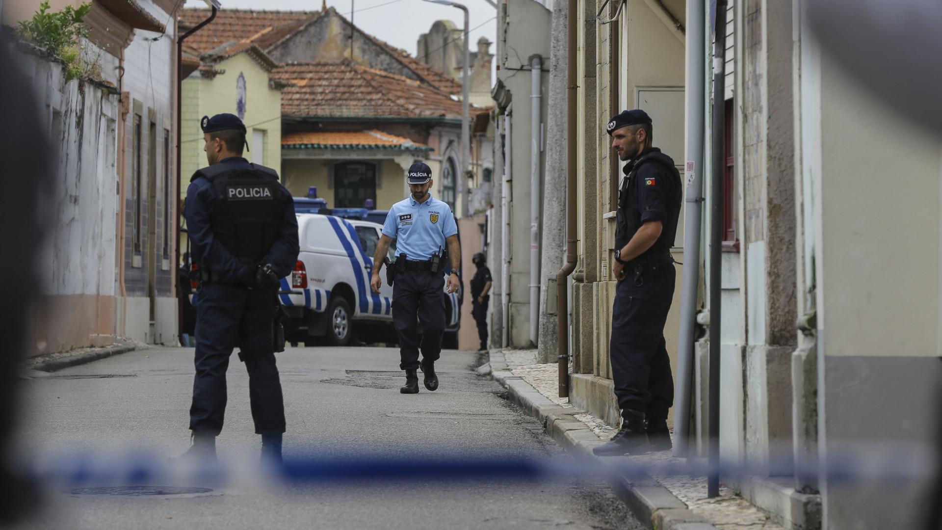 """Mãe de jovem que se barricou em caravana já """"rastejou"""" por detenção"""