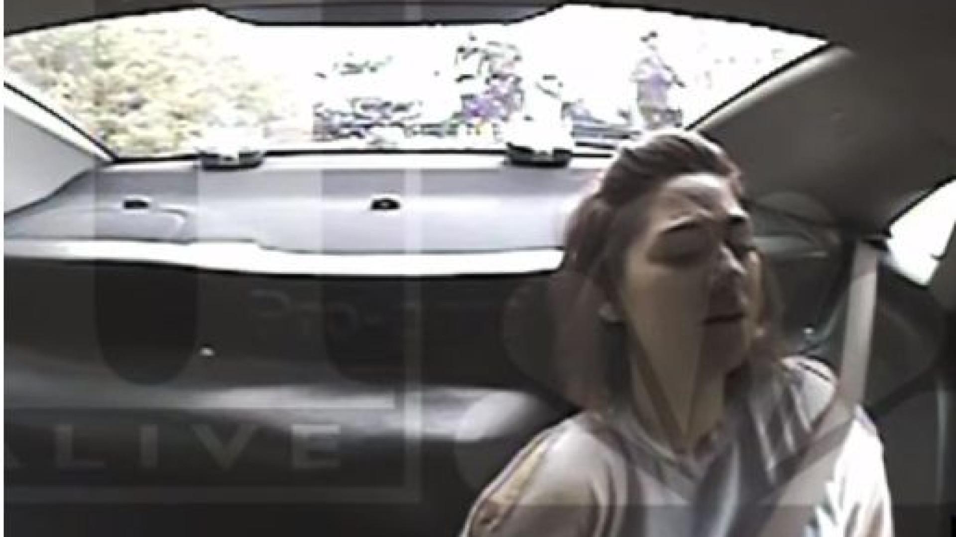 Polícias jogam 'cara ou coroa' para decidir se prendem ou não mulher