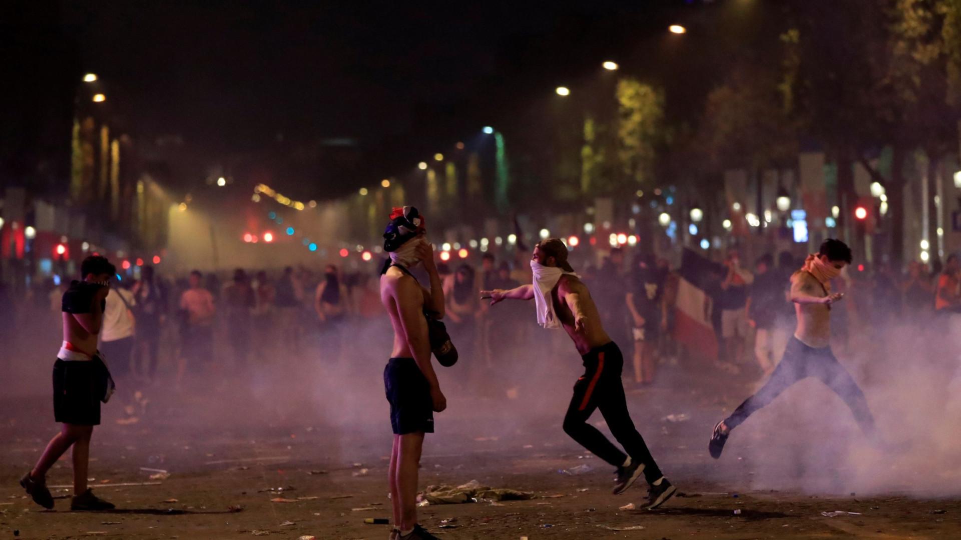 Adeptos franceses morreram nos festejos. Violência fechou Campos Elísios