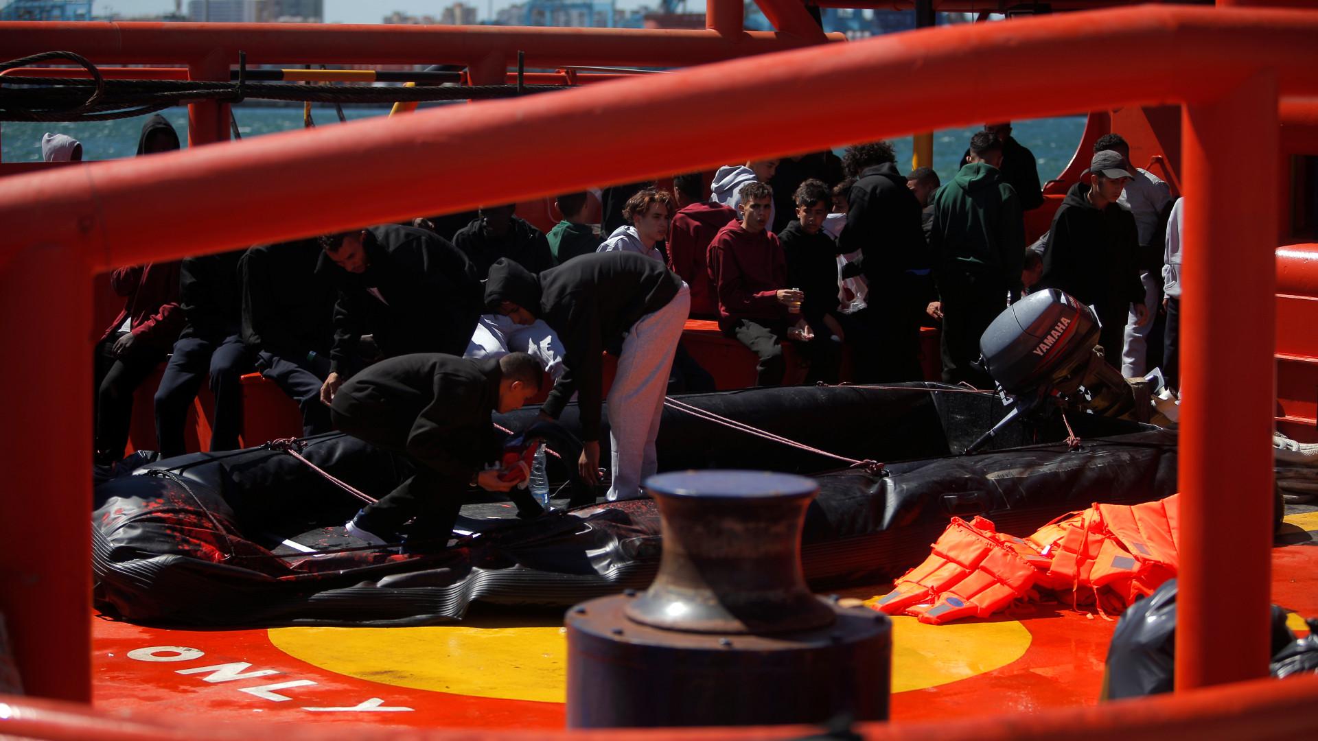 450 migrantes que estavam em navios miltares desembarcaram em Pozallo