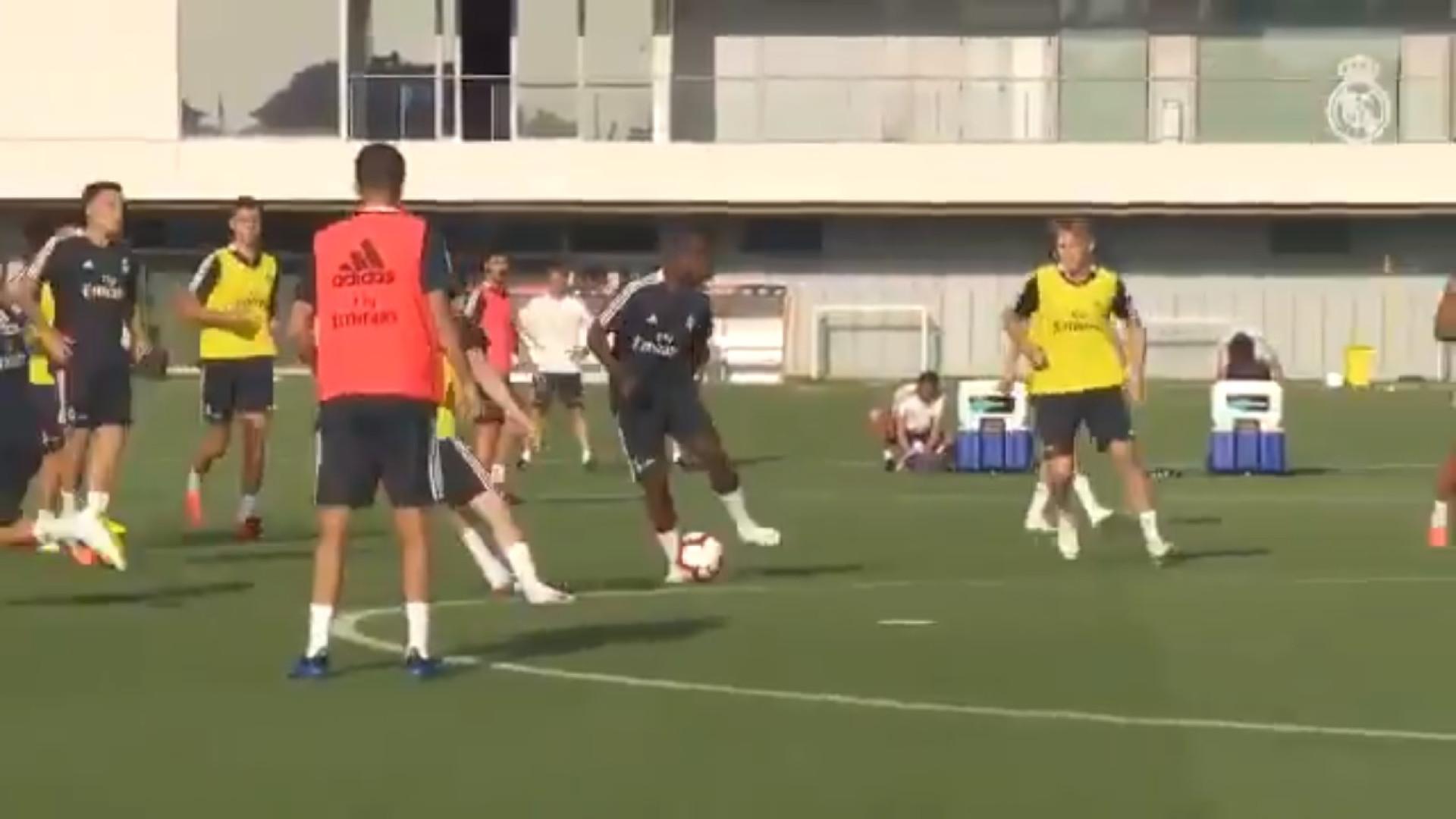 Vinicius Júnior já espalha 'magia' nos treinos do Real Madrid