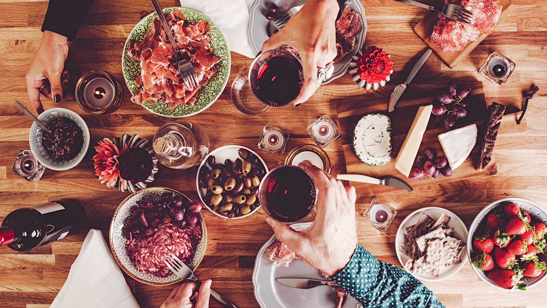 Contra a barriga inchada dos excessos à mesa, é isto que deve comer
