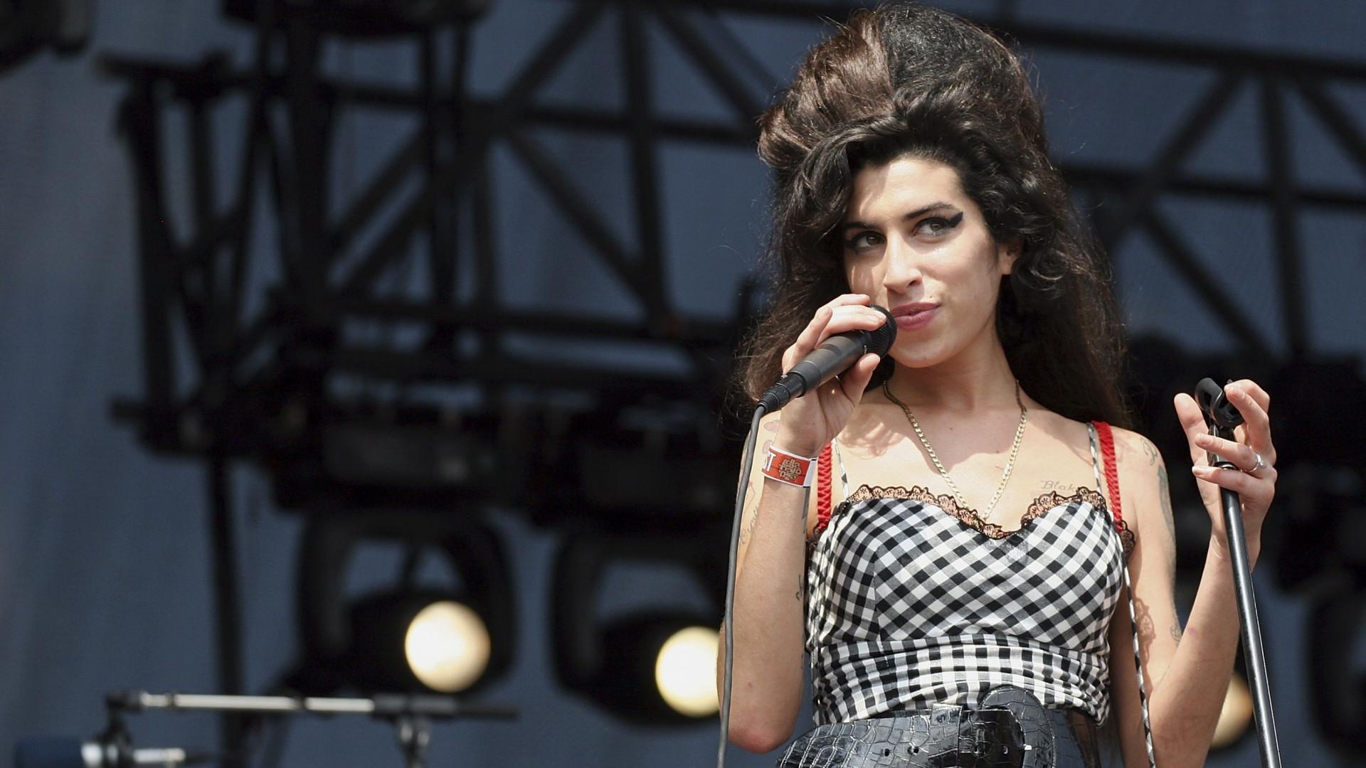 Pai de Amy Winehouse confessa que fantasma da filha ainda o visita