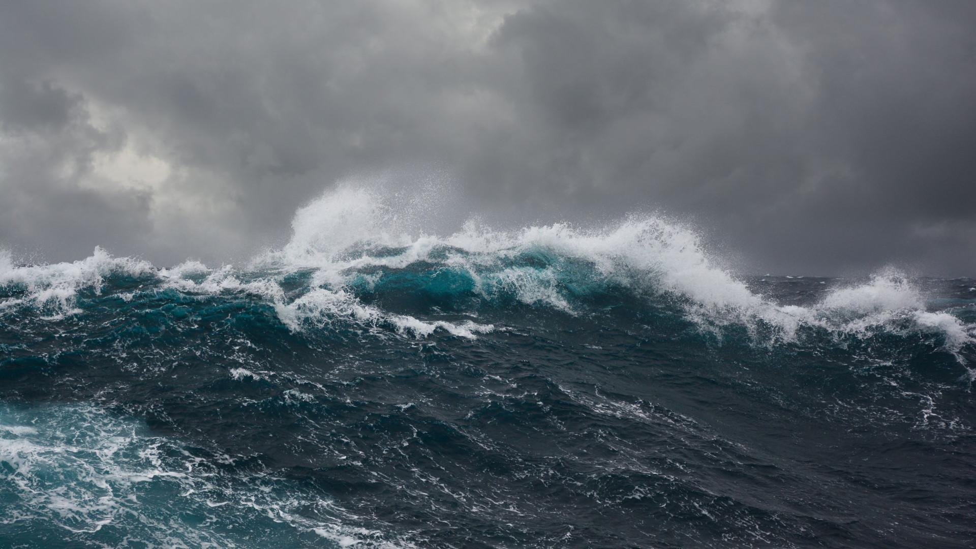 Pelo menos 13 mortos em naufrágio na costa da Indonésia