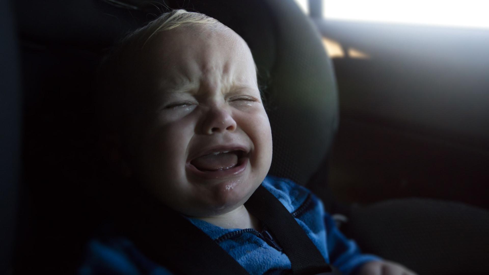 Avô deixa neto recém-nascido sozinho no carro durante vaga de calor