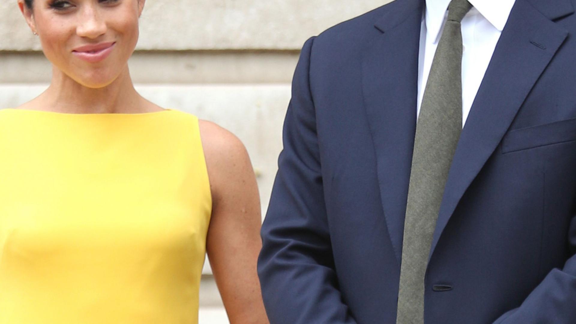Príncipe Harry vai a casamento com a sola do sapato rota